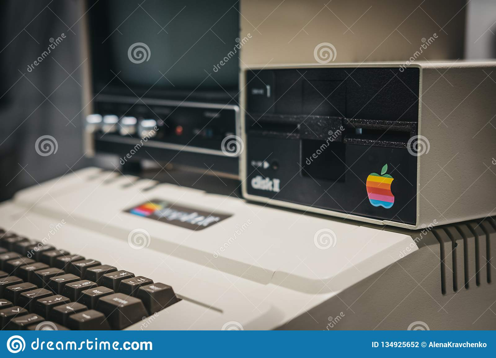 Ordenador de Macintosh Apple II en la exhibición dentro del museo de Apple en Praga, República Checa