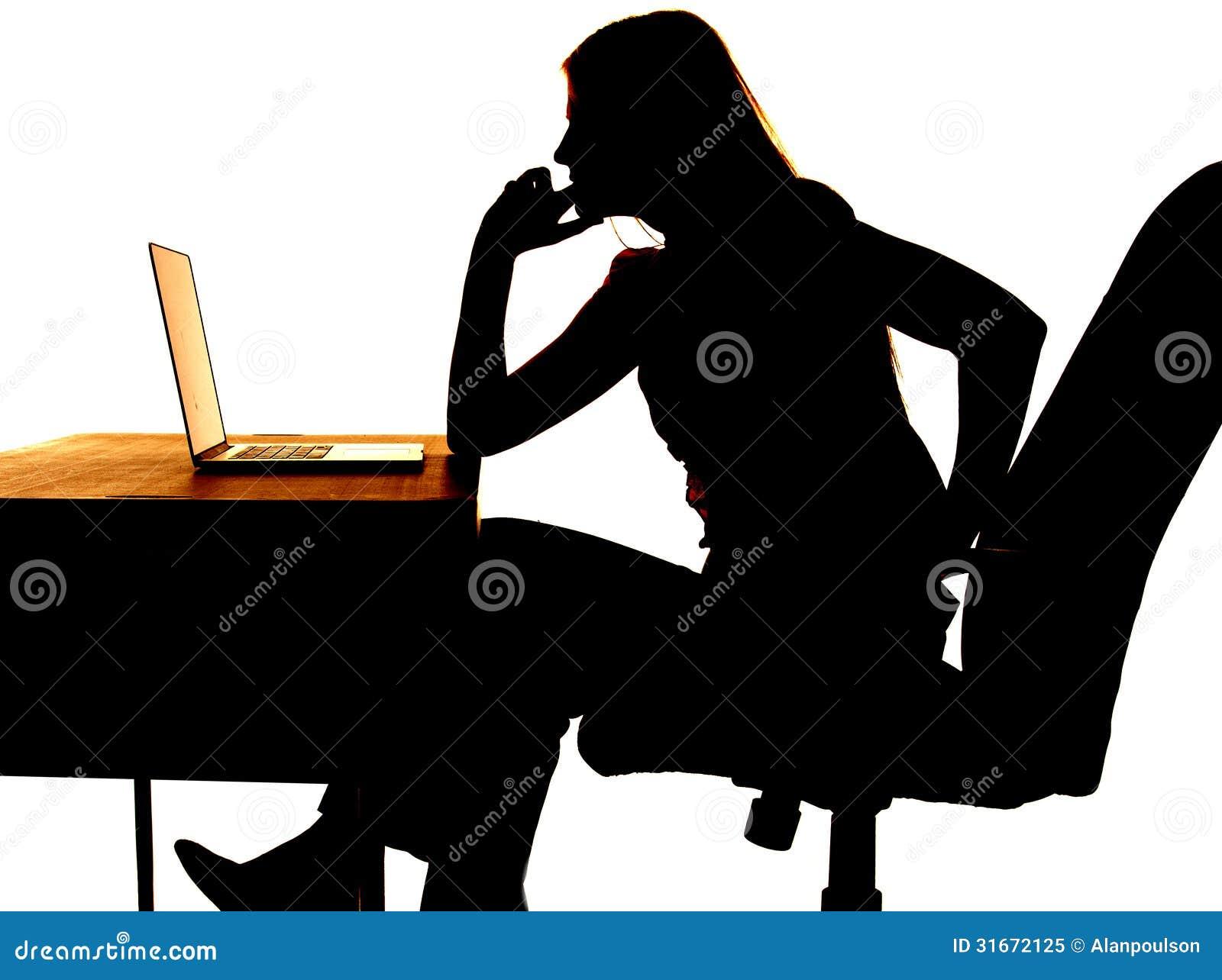 Ordenador de pensamiento de la mujer de la silueta