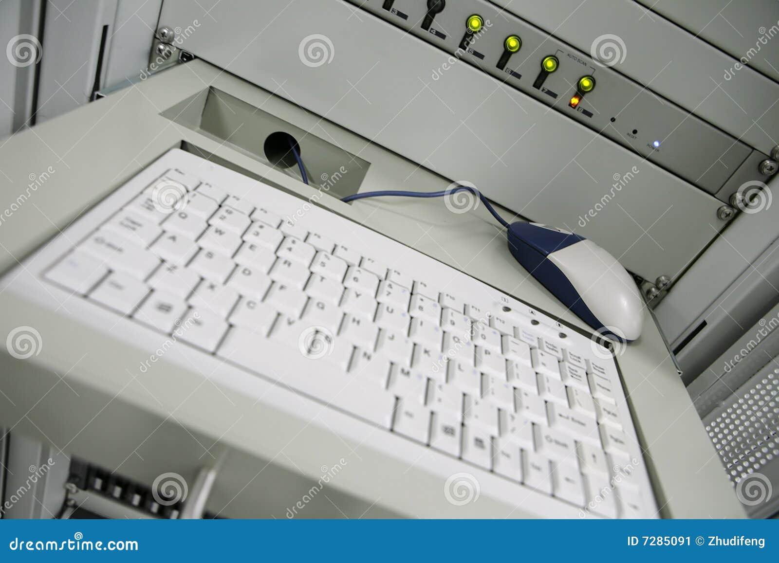 Ordenador en centro de comunicación