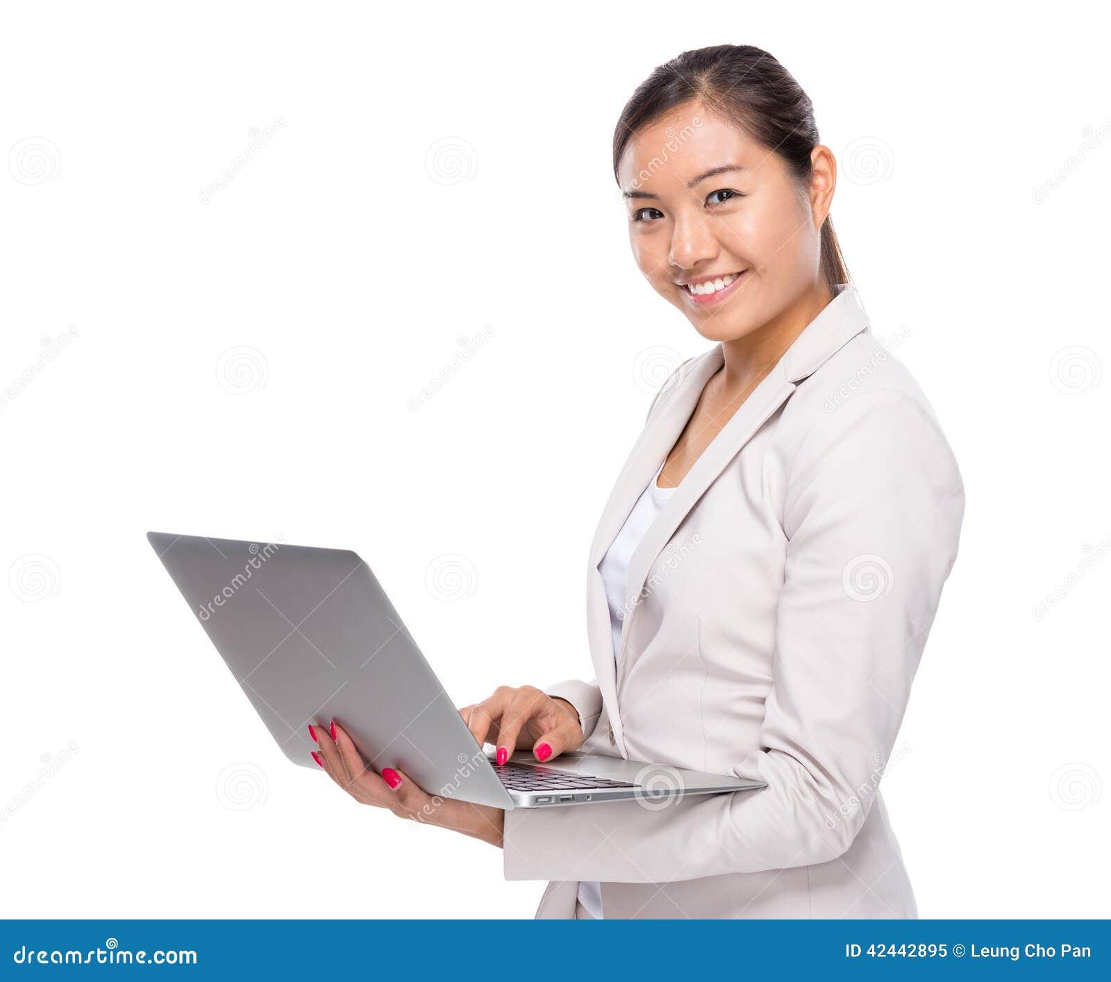Ordenador portátil asiático del uso de la mujer de negocios