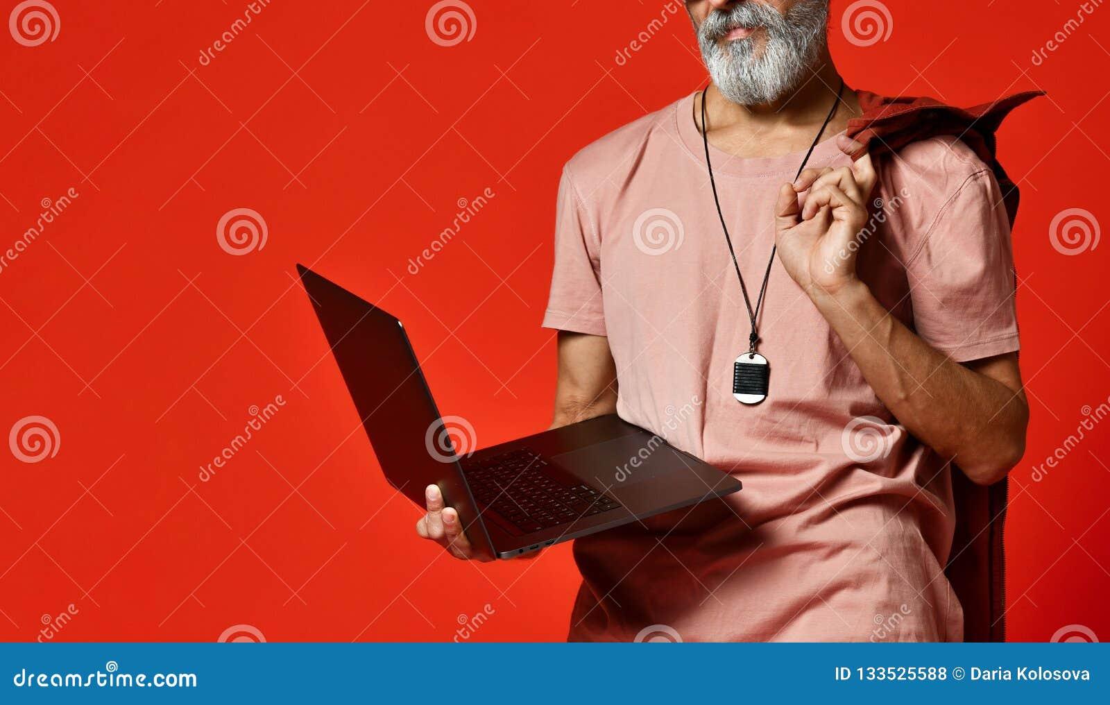 Ordenador portátil de fusión masculino mayor mayor elegante feliz moderno