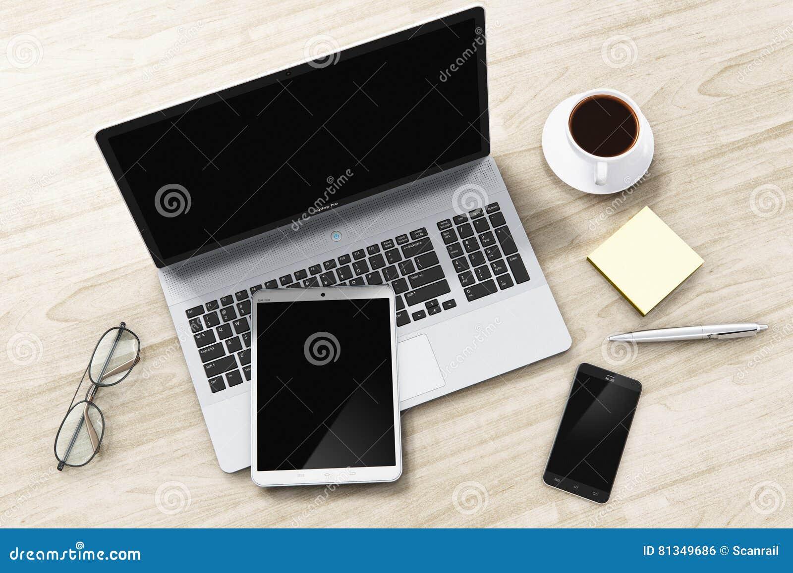 Ordenador portátil, tableta y smartphone en la tabla de la oficina