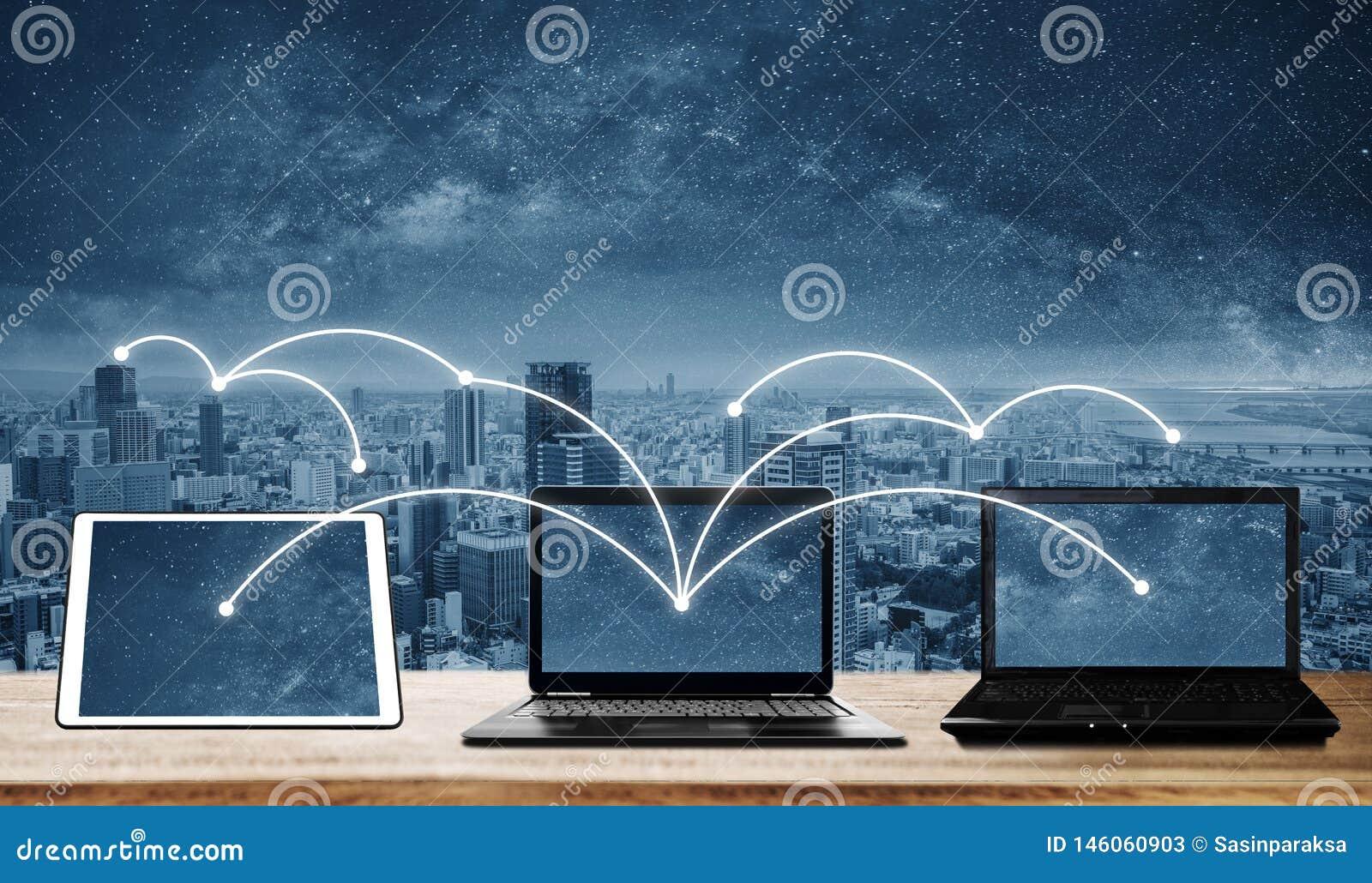 Ordenadores portátiles con la conexión de red y los datos de la distribución a otros dispositivos Establecimiento de una red y co