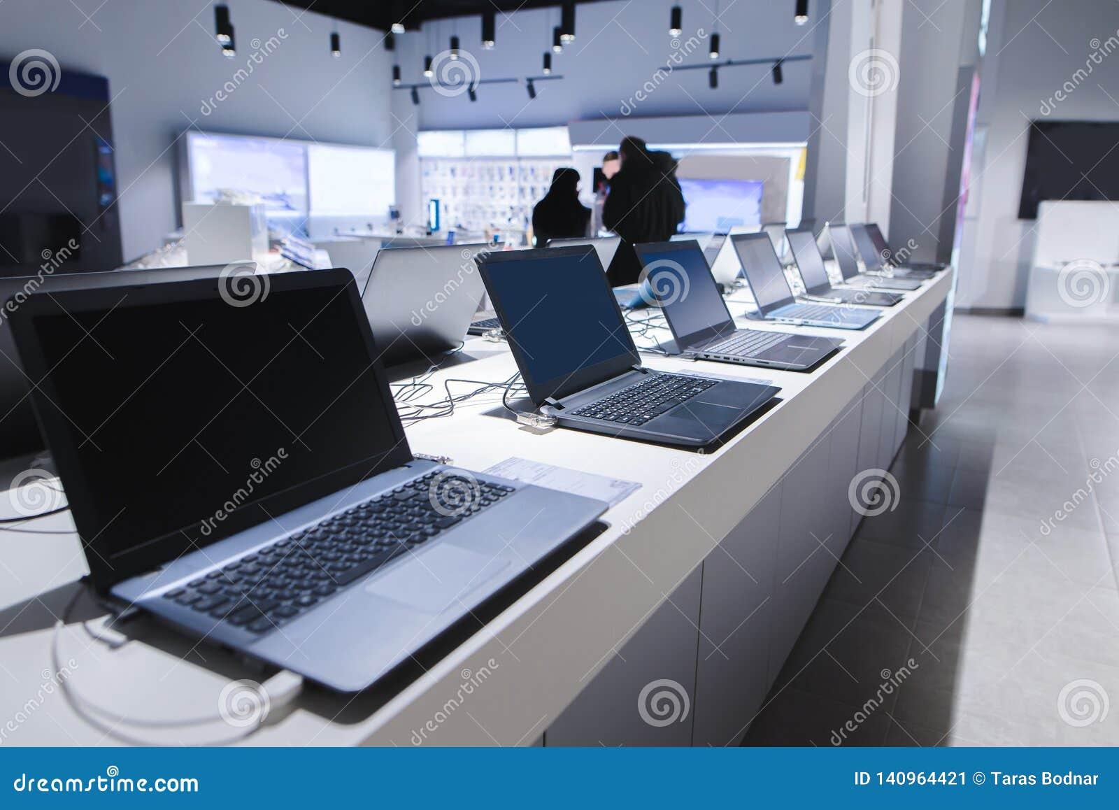 Ordenadores portátiles en una tienda moderna de la tecnología Departamento de ordenadores en la tienda de la electrónica ordenado