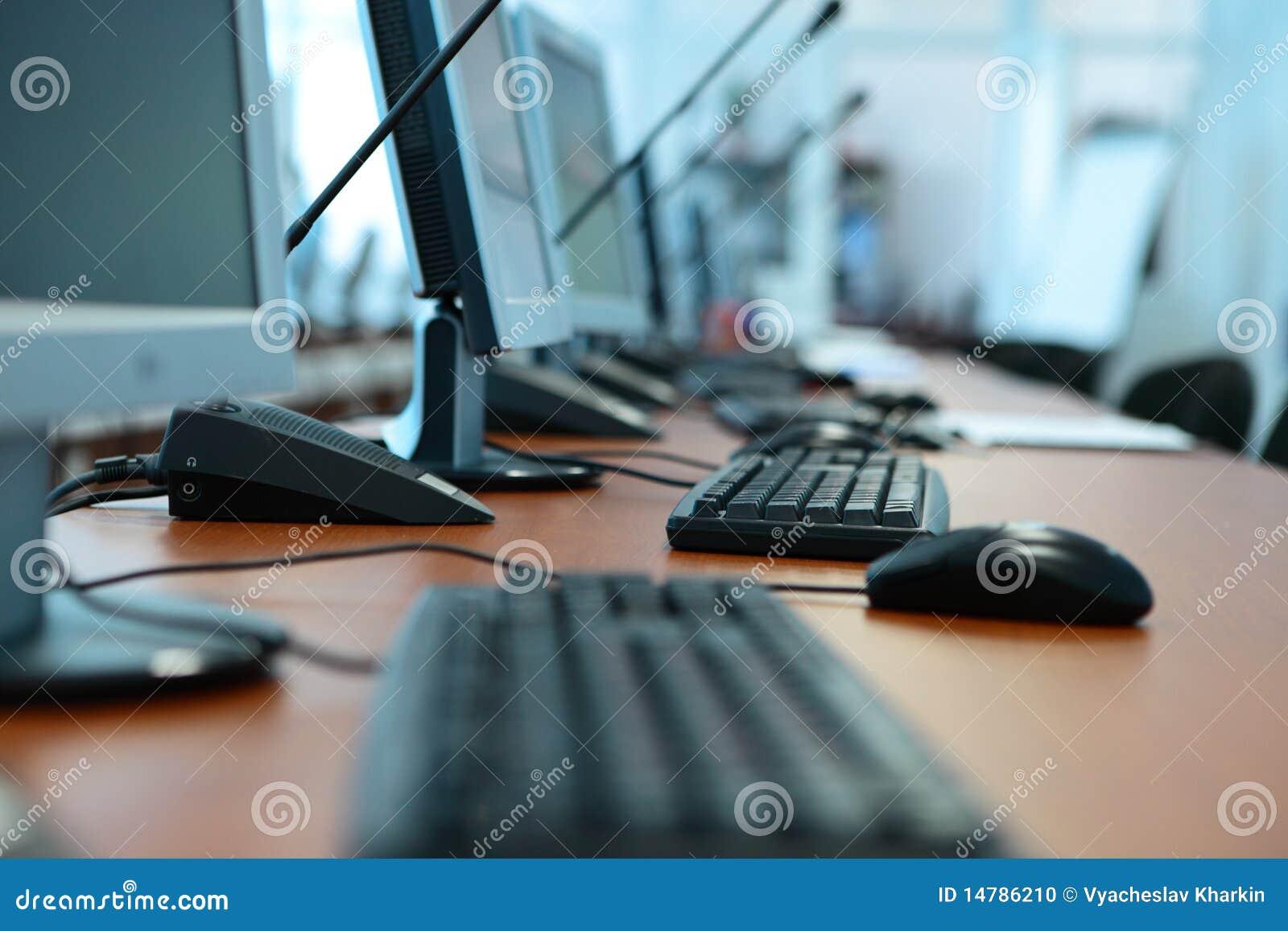 Ordenadores vectores el teclado en la oficina foto de for Ordenadores para oficina