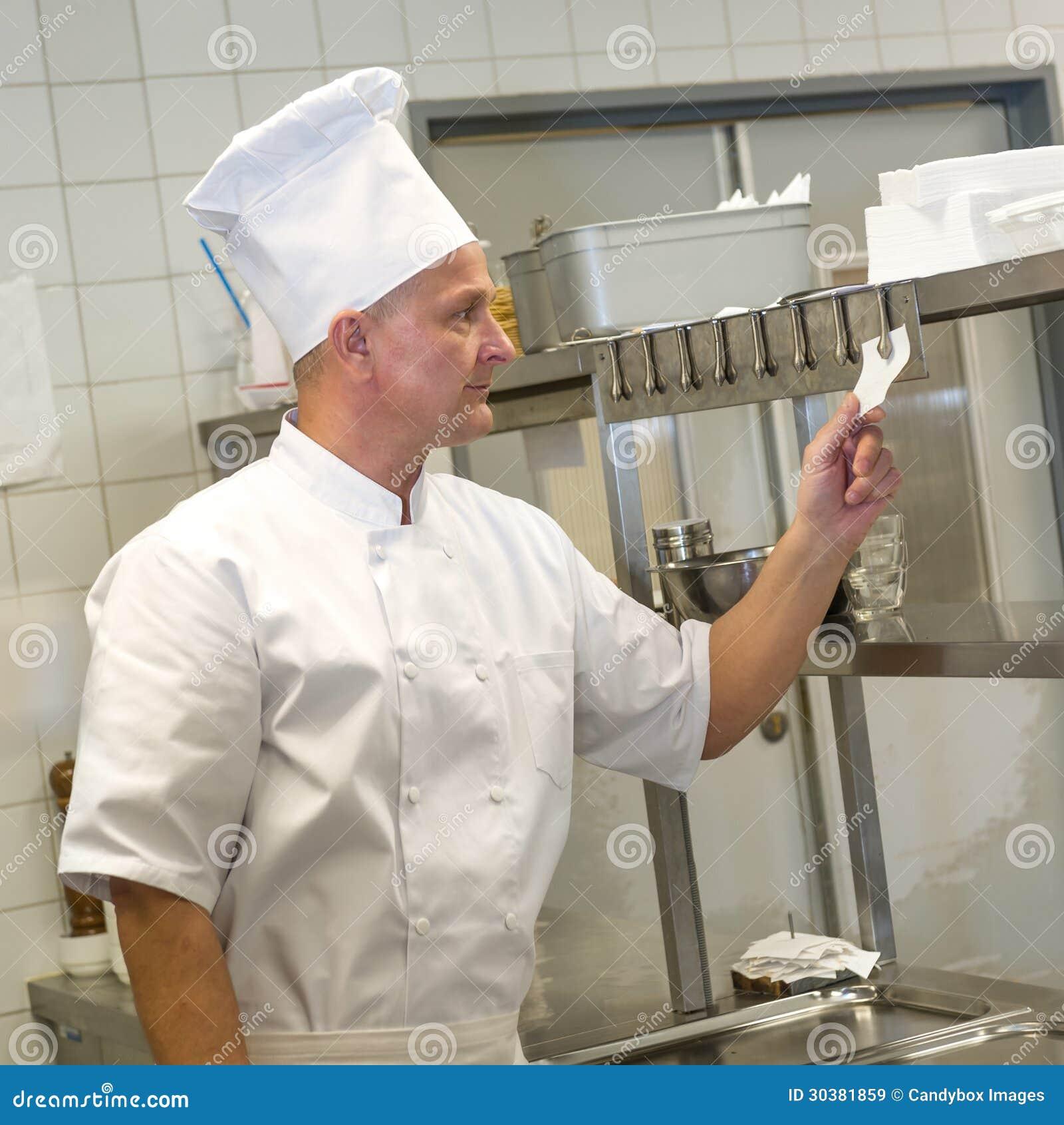 Ordens Da Leitura Do Cozinheiro Chefe Na Cozinha Do Restaurante