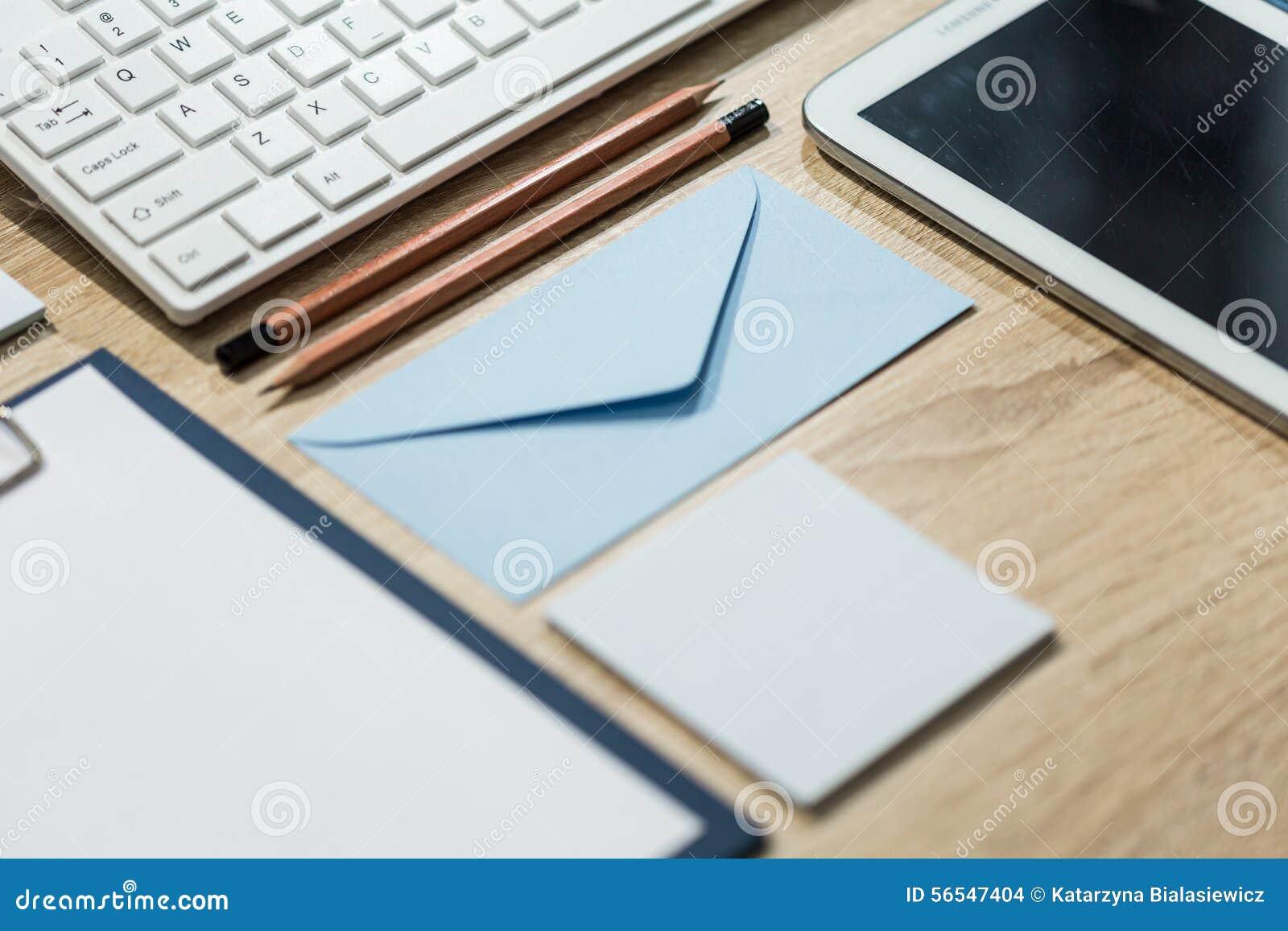 Ordentlich Organisierter Schreibtisch Stockfoto - Bild von innen ...