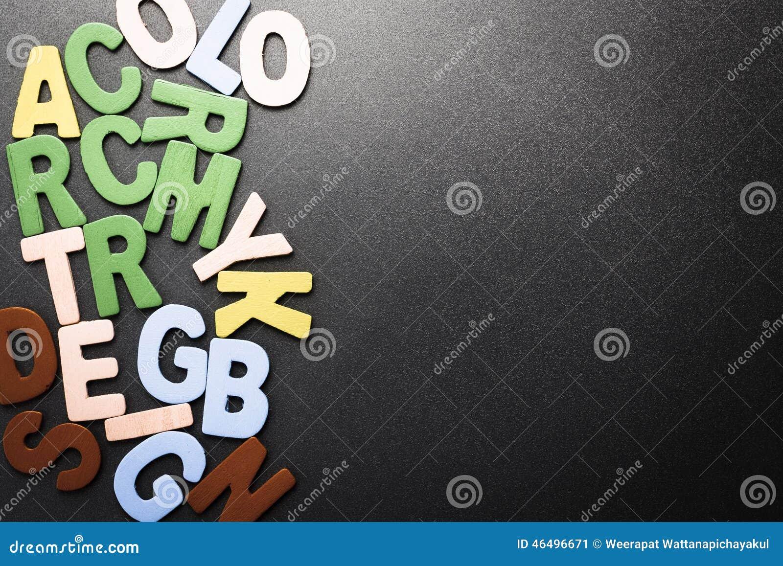 Ordet FÄRG på kulöra räknare i skarp fokus mot gråa suddiga bokstäver