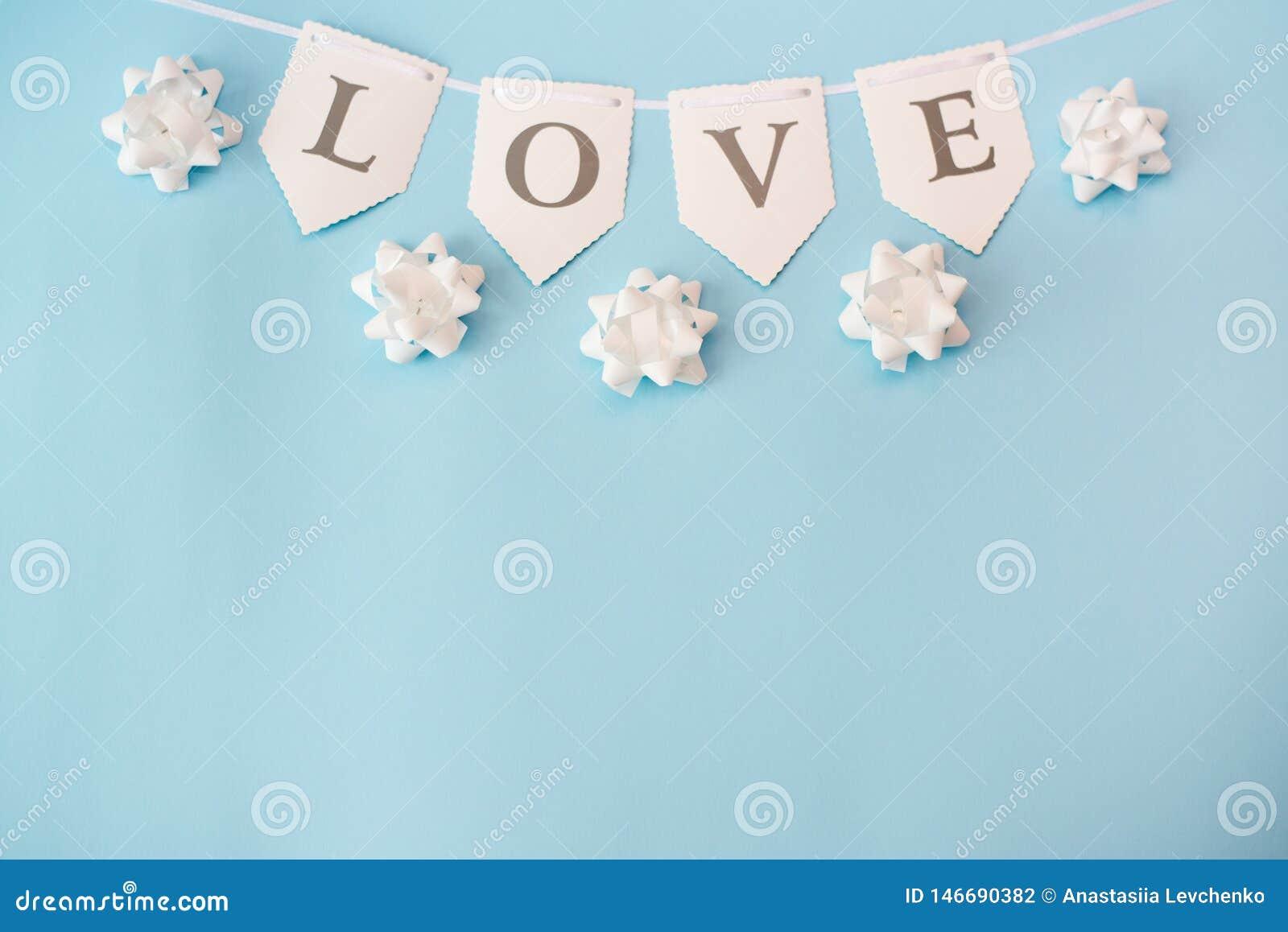 Ordförälskelse på pastellfärgad blå bakgrund, bästa sikt med kopieringsutrymme Valentindag eller abstrakt f?r?lskelsebegrepp