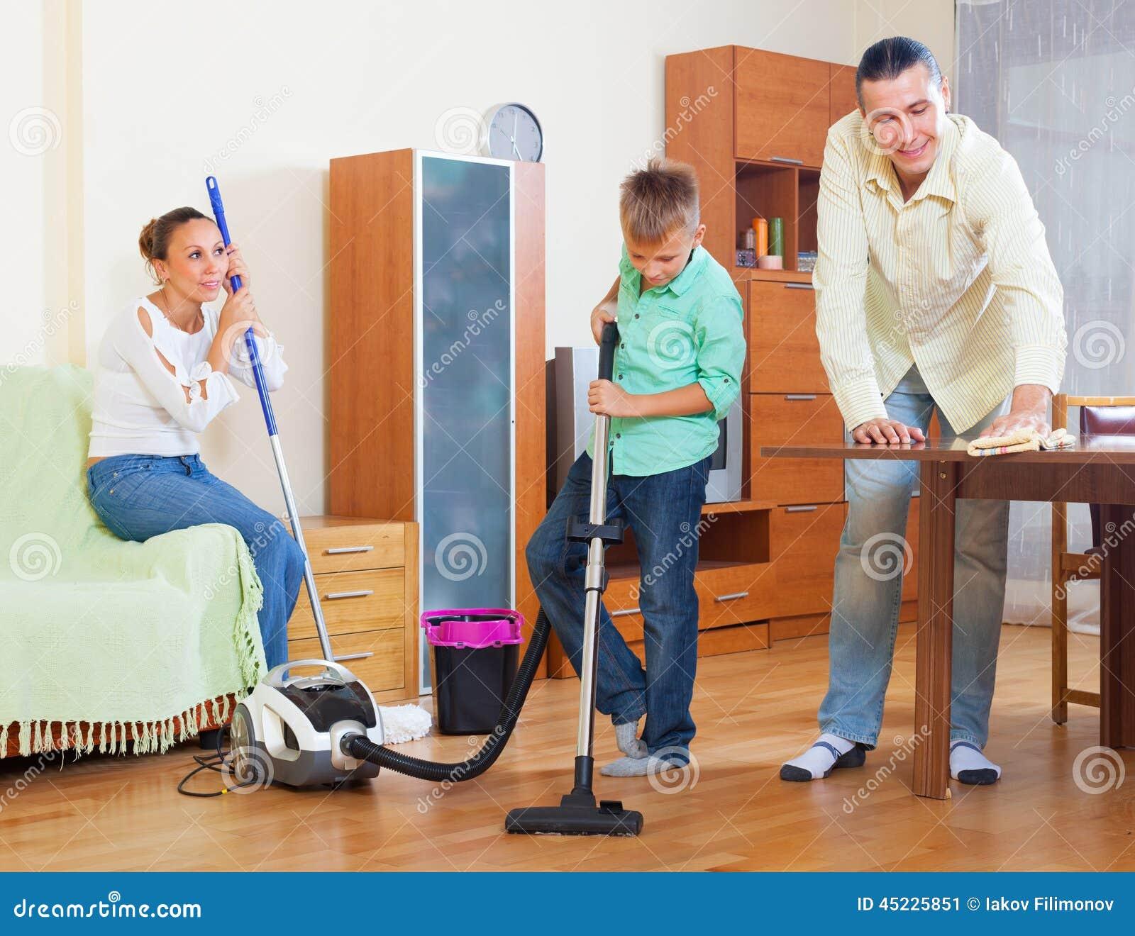 Ordinary family doing house cleaning stock photo image - Limpieza de la casa ...