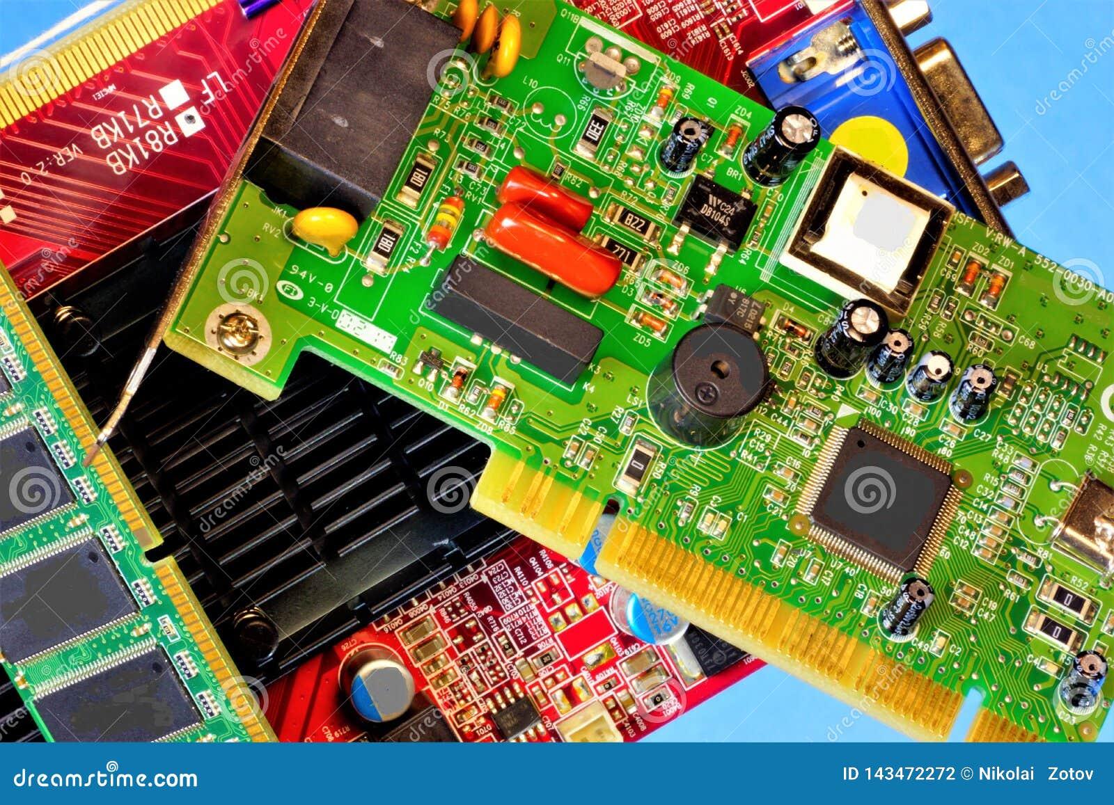 Ordinateur à l intérieur, carte, composants par radio La carte électronique est conçue pour la connexion électrique et mécanique