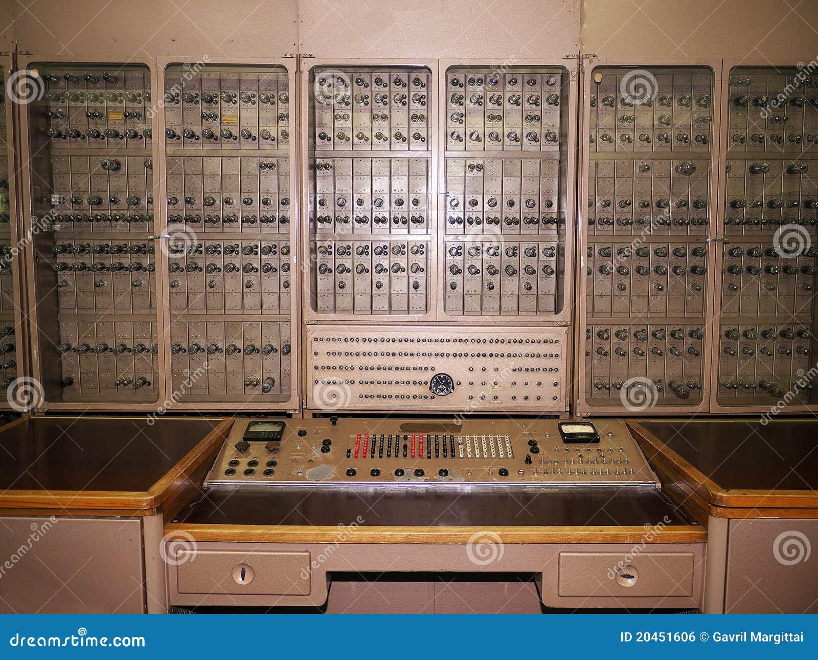 De l'horlogerie sous-marine lourde Ordinateur-électronique-historique-russe-20451606