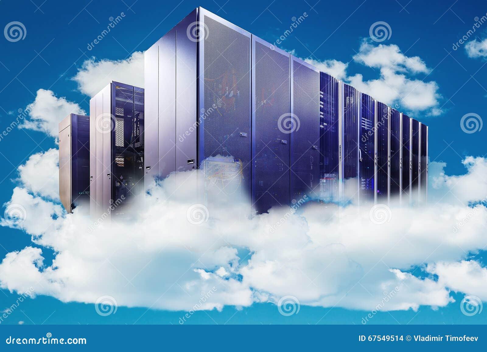 Ordinateur dans un ciel nuageux comme symbole pour le nuage-calcul