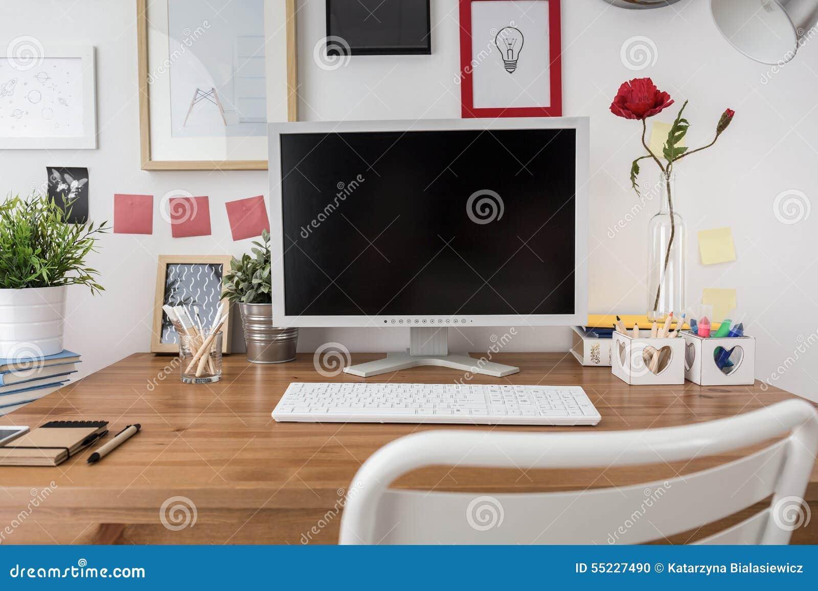 Ordinateur portable avec écran vide sur le bureau blanc avec