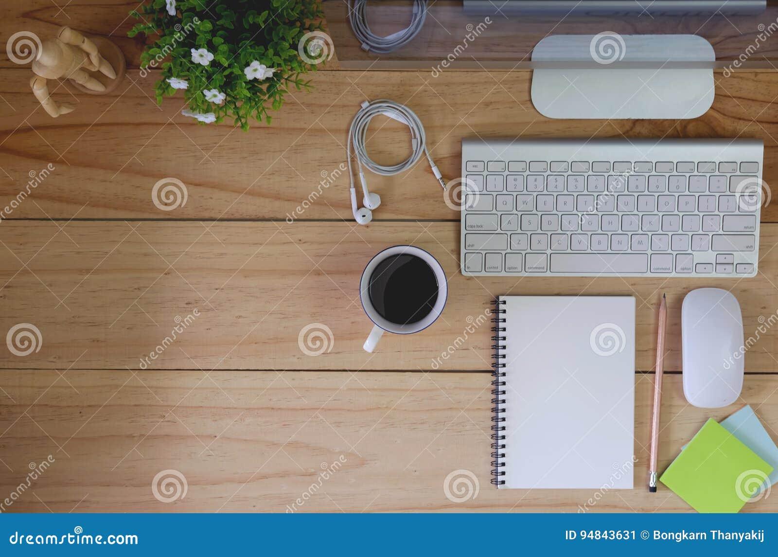 Ordinateur de bureau moderne d espace de travail sur la table