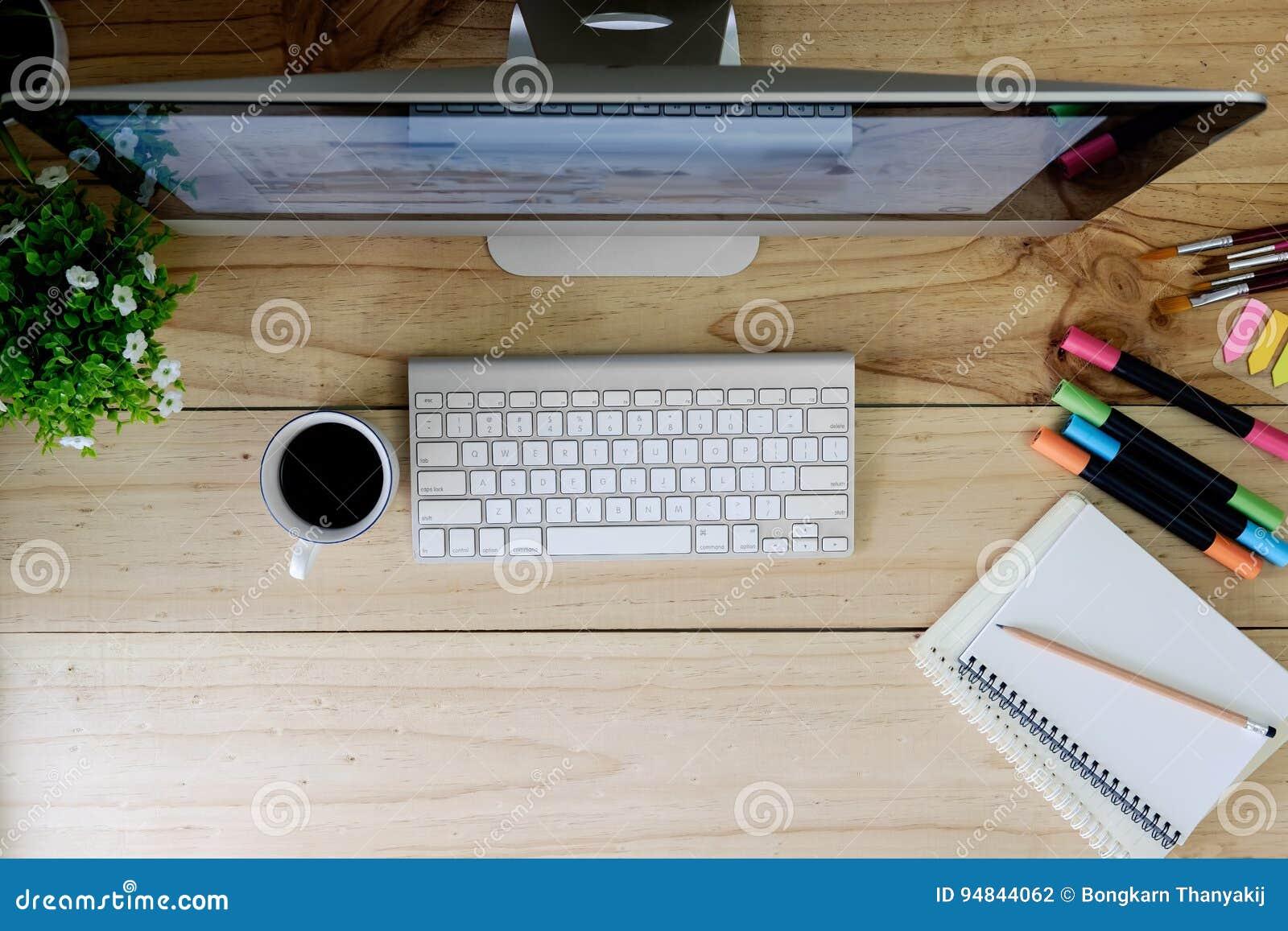 Ordinateur de bureau moderne despace de travail sur la table et la