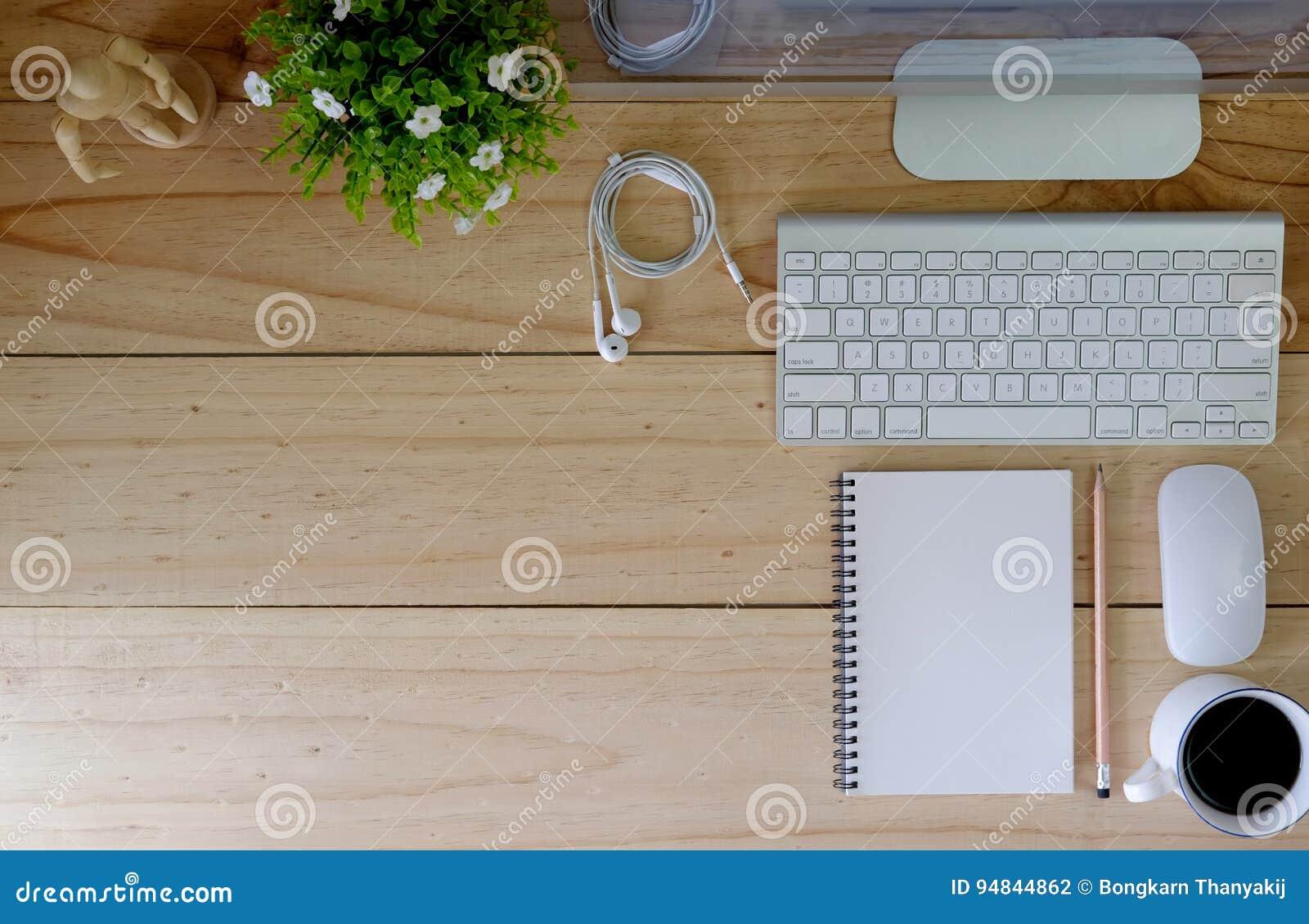 Ordinateur de bureau moderne d espace de travail sur la table et