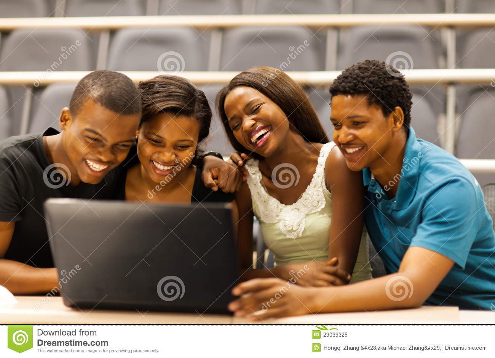 Ordinateur portable africain d étudiants