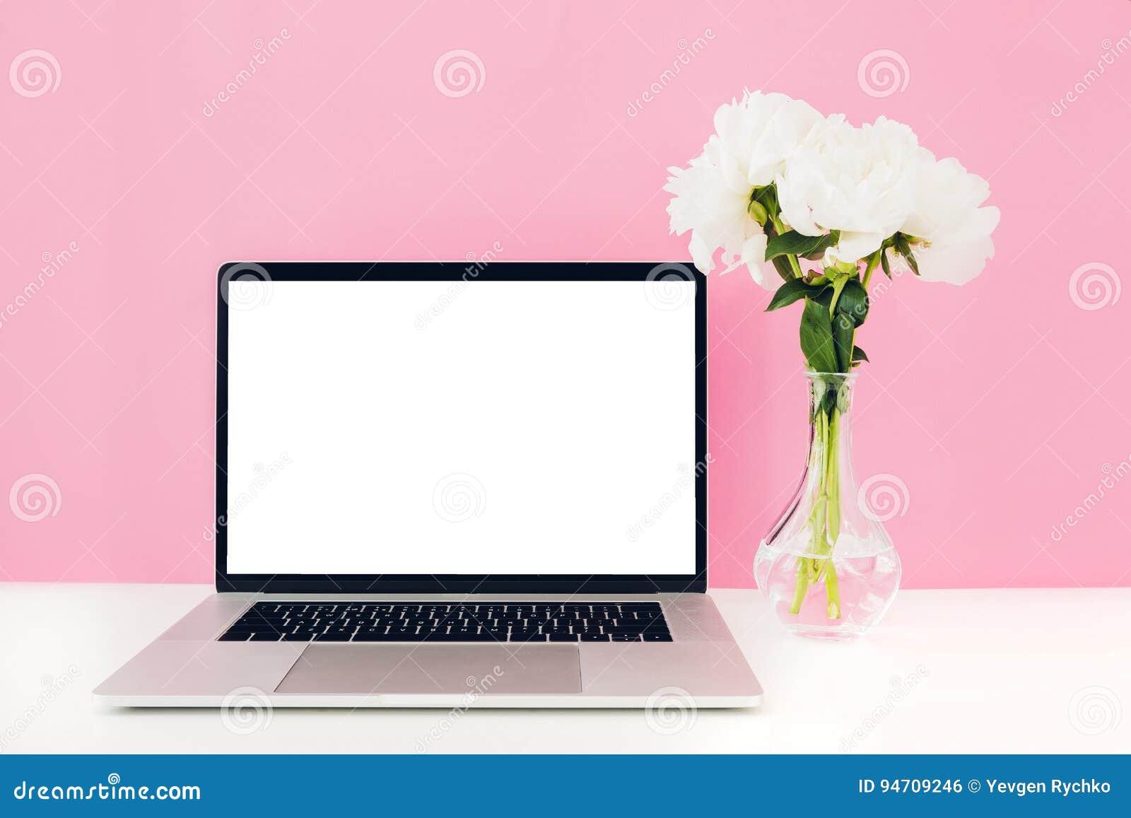 Ordinateur Portable Avec Lécran Vide Et Les Fleurs Blancs