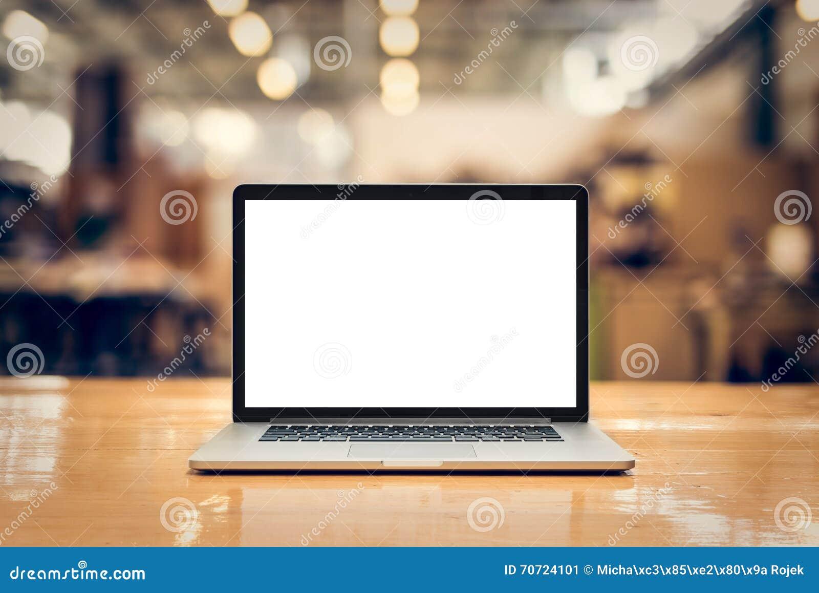 Ordinateur portable avec l écran vide sur la table - avant