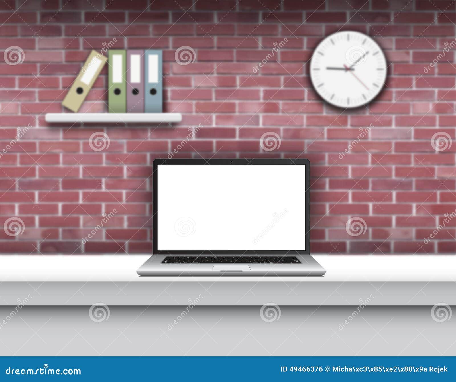 Ordinateur portable avec l écran vide sur le bureau dans l intérieur à la maison