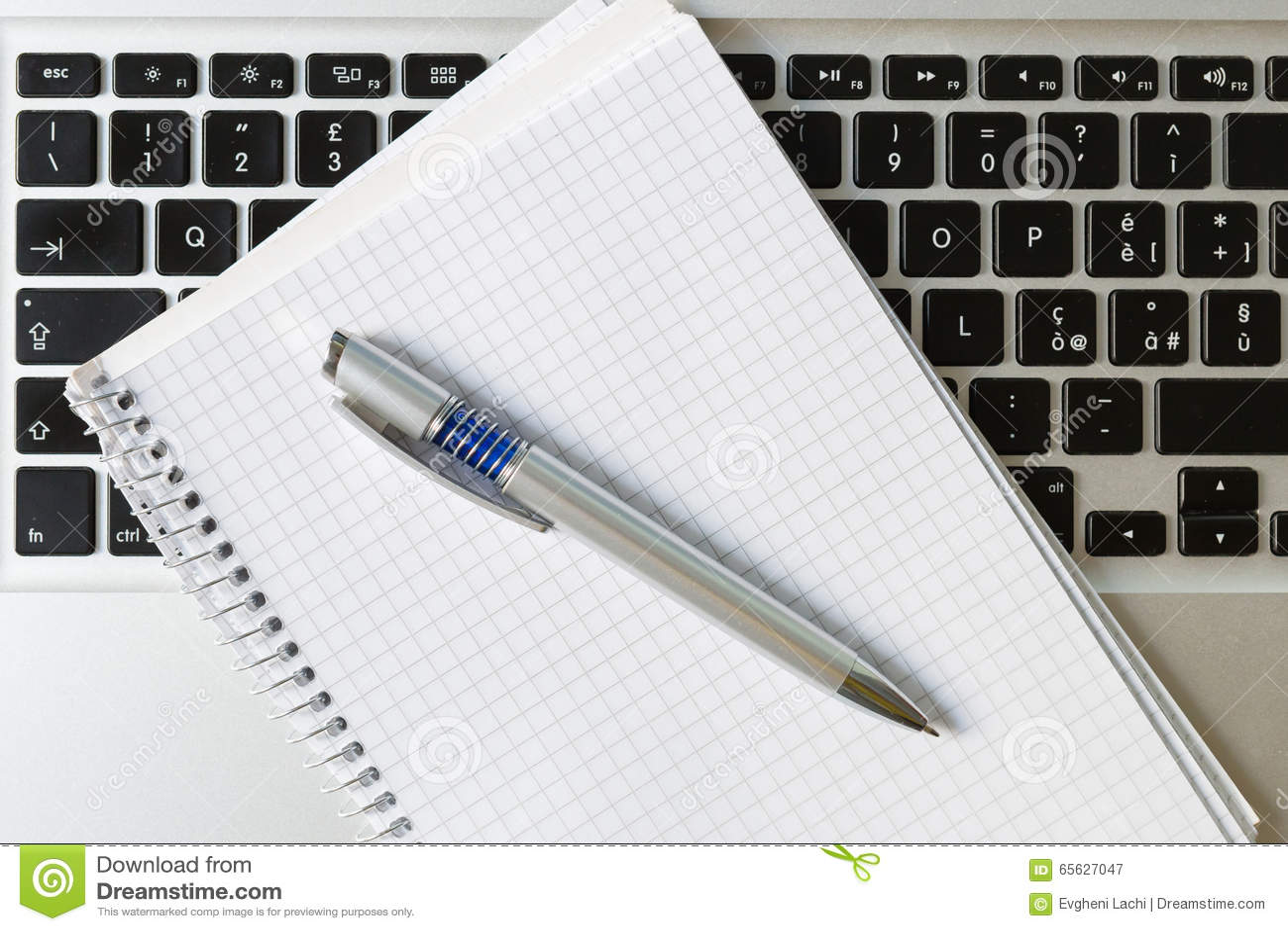 Ordinateur portable avec le bloc-notes, le stylo et le clavier