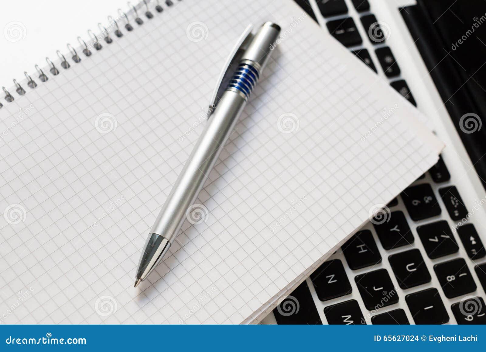 Ordinateur portable avec le bloc-notes, stylo sur la table ene ivoire