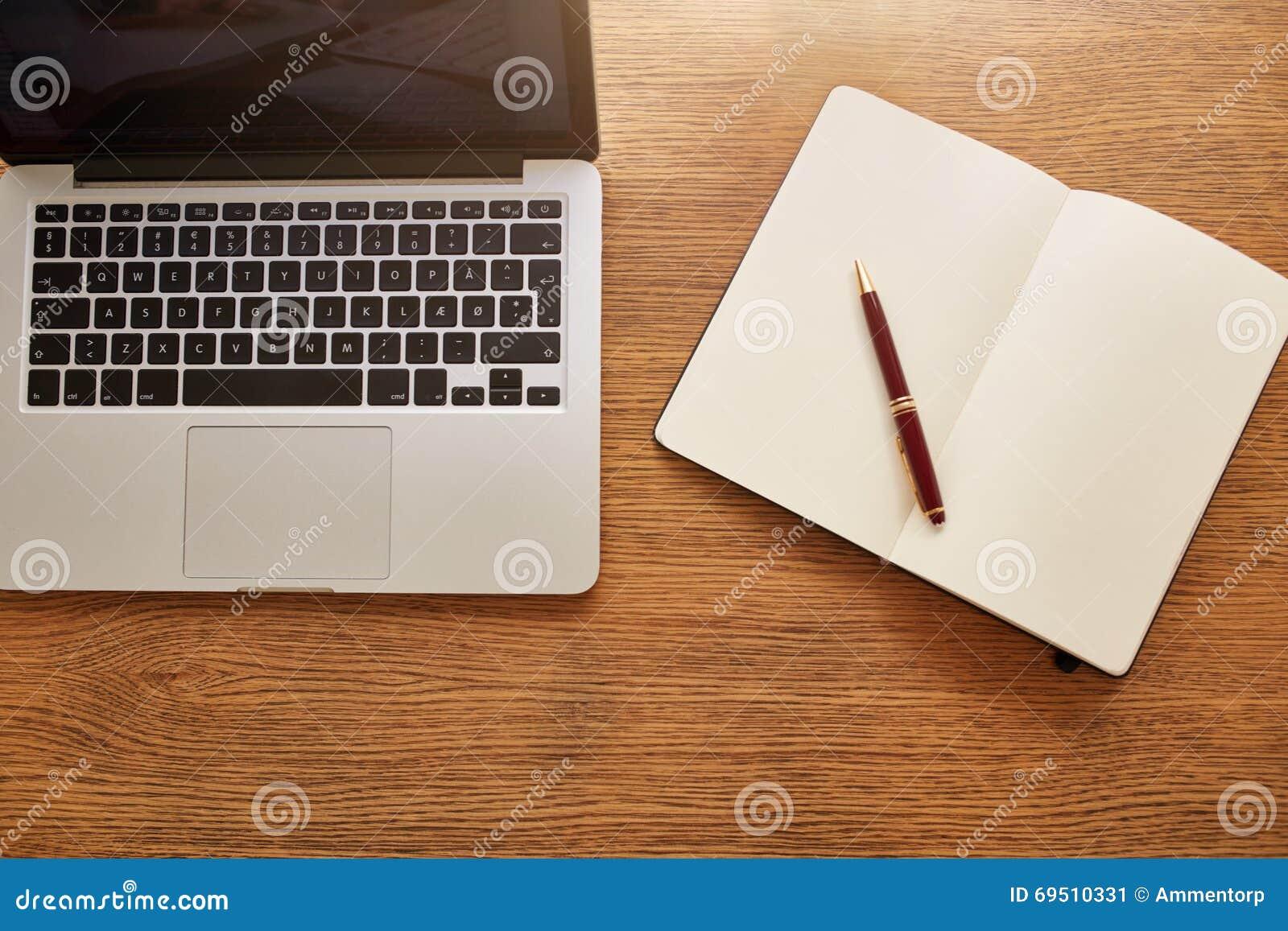 ordinateur portable avec le journal intime et stylo sur le bureau de travail photo stock image. Black Bedroom Furniture Sets. Home Design Ideas