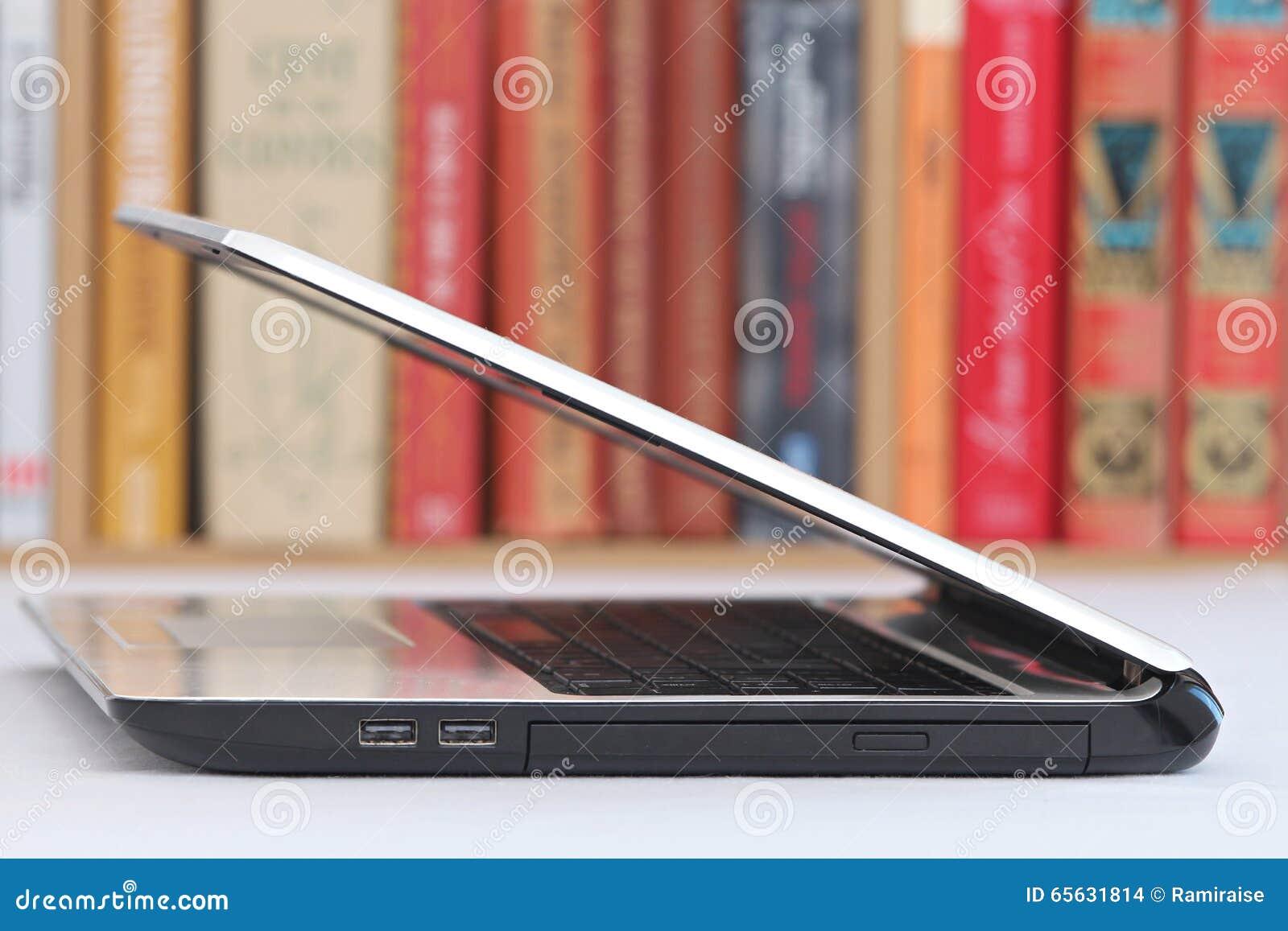 Ordinateur portable blanc sur une table