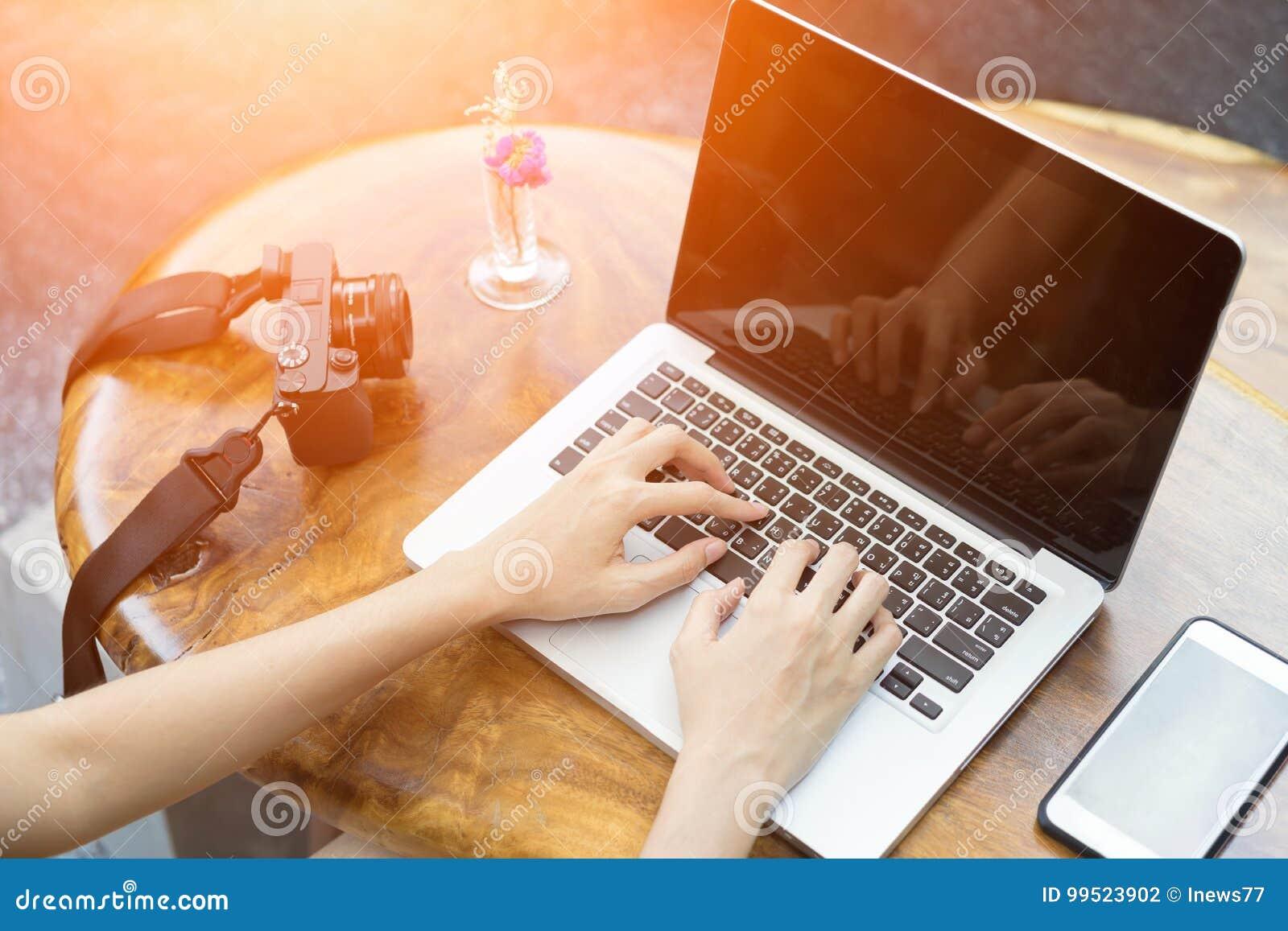 Ordinateur portable d ordinateur d utilisation de femme de mains dans le restaurant