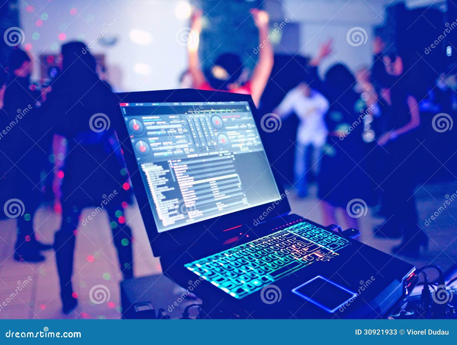 Ordinateur portable du DJ à la partie