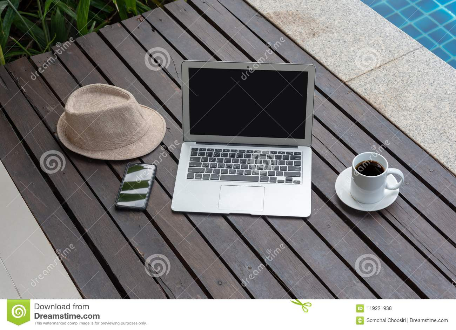 Ordinateur portable et chapeau à la piscine