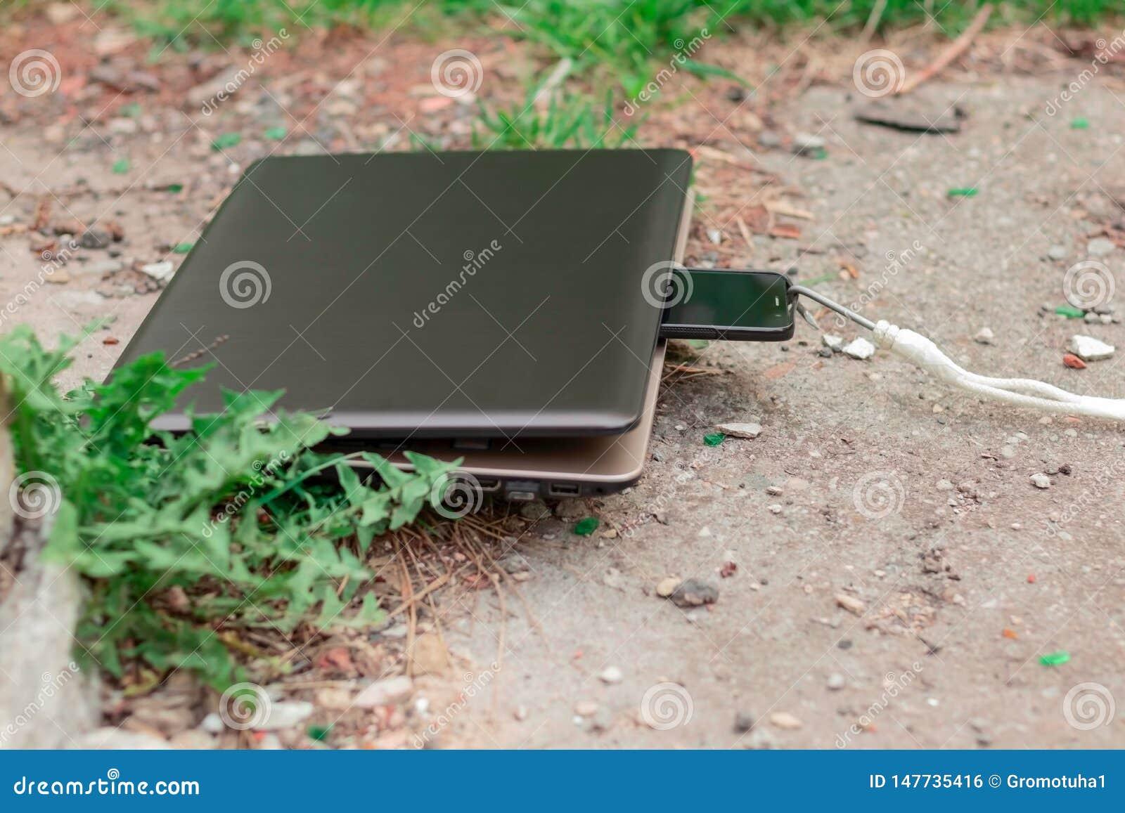 Ordinateur portable et smartphone pendant le déjeuner Le dispositif puissant absorbe l instrument périmé Abstraction