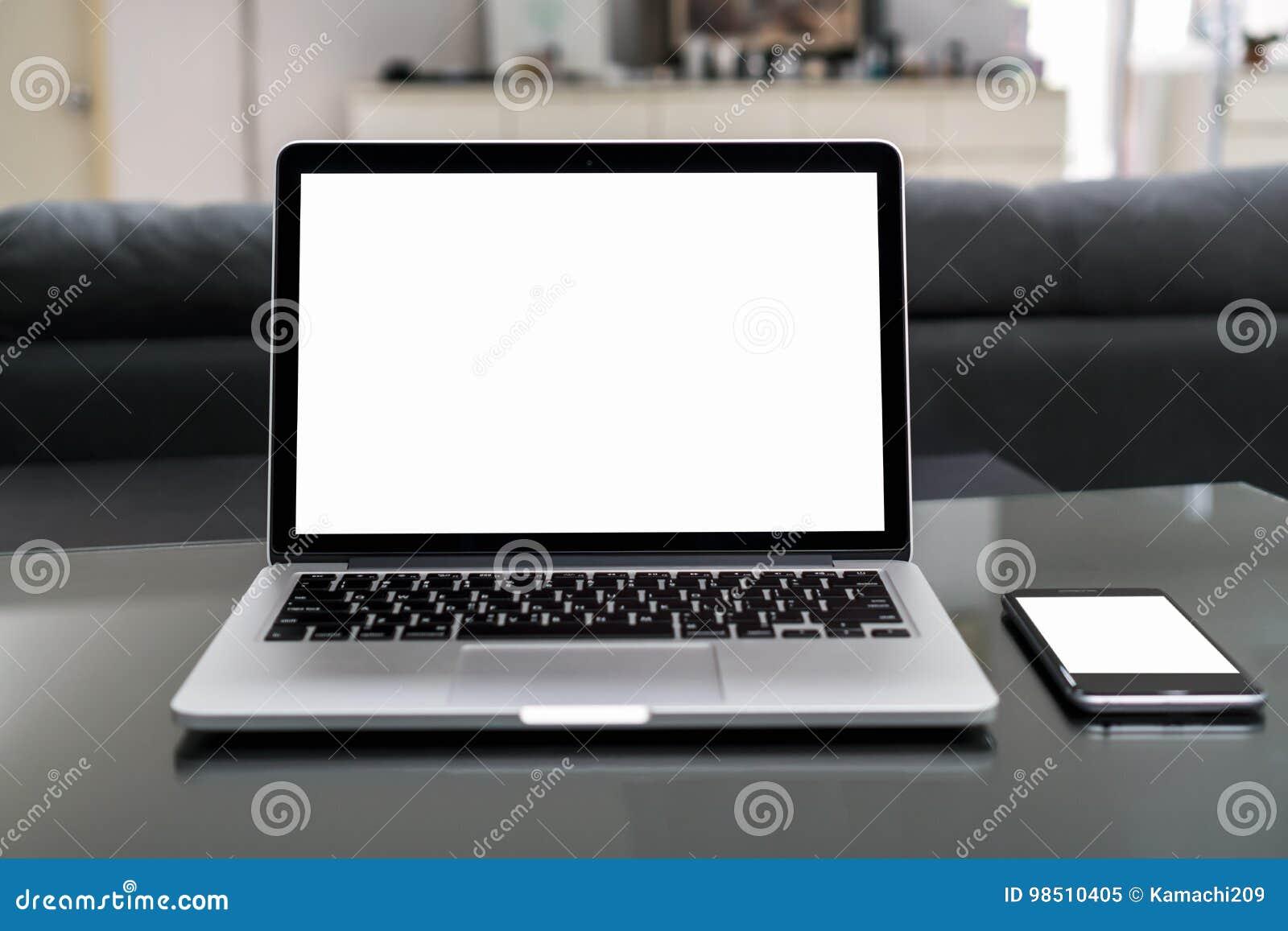 Ordinateur portable et smartphone sur la table dans la chambre de