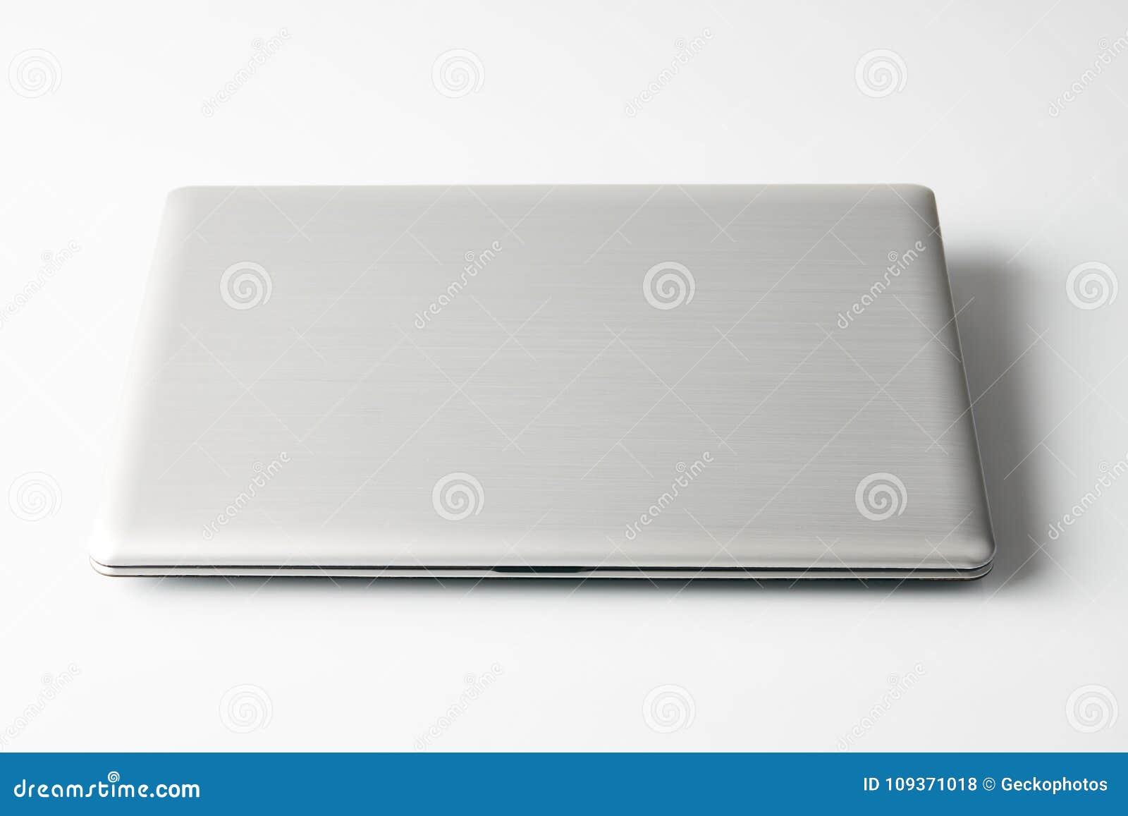 Ordinateur portable fermé d isolement sur le fond blanc photo
