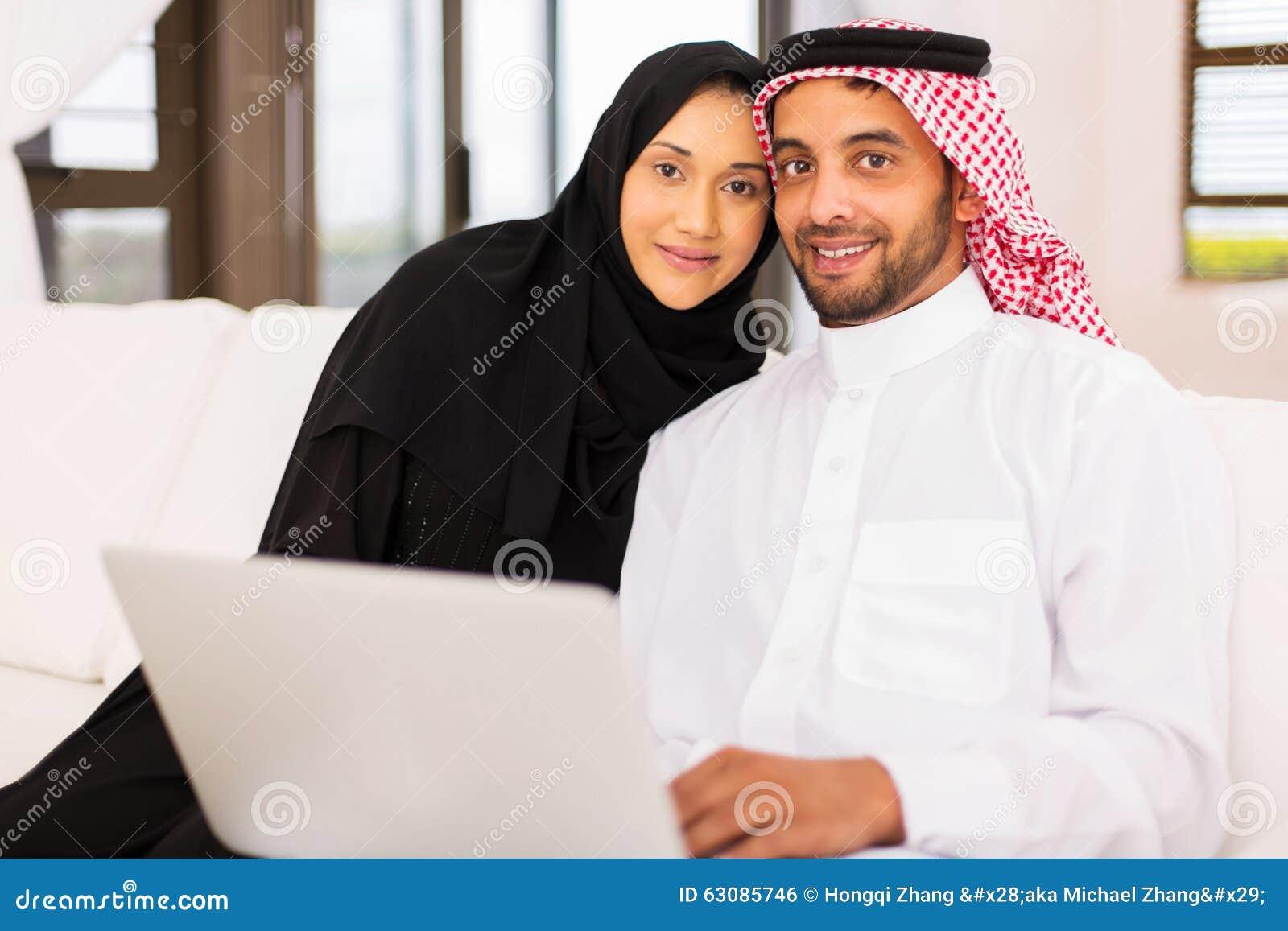 Download Ordinateur Portable Musulman De Couples Photo stock - Image du romantique, marié: 63085746