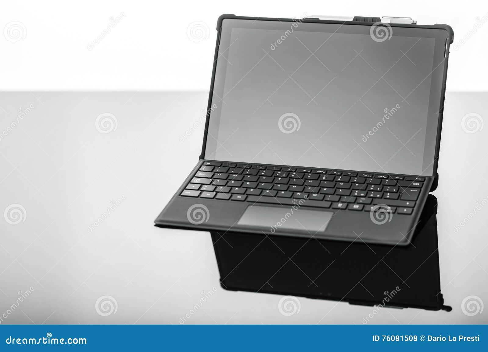 Ordinateur portable sur la surface réfléchie