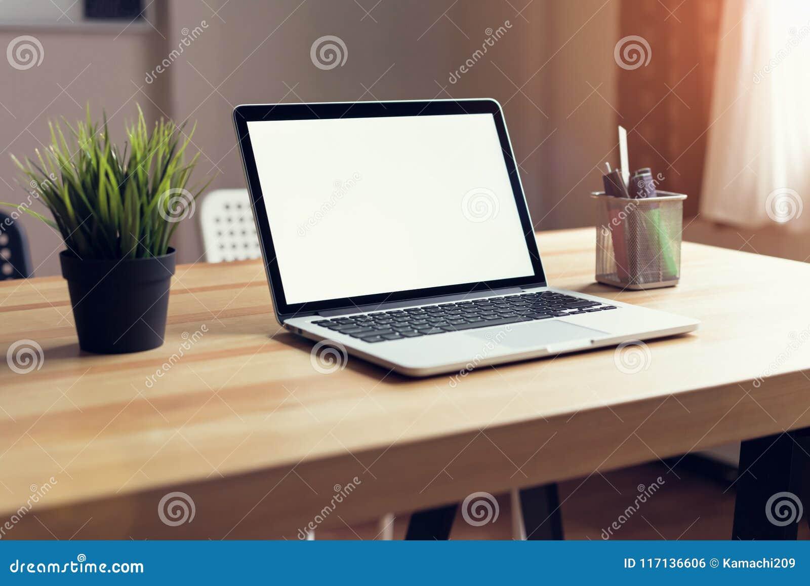 Ordinateur portable sur la table à larrière plan de pièce de bureau