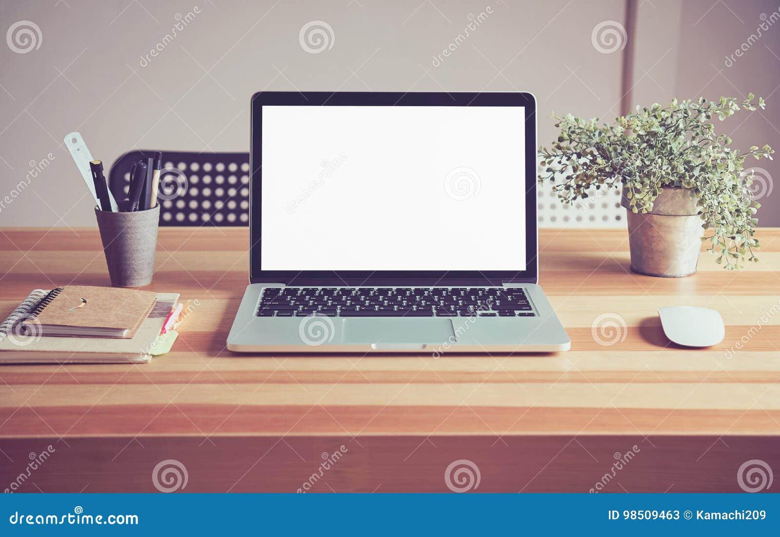 Ordinateur portable sur la table dans le fond de chambre de bureau
