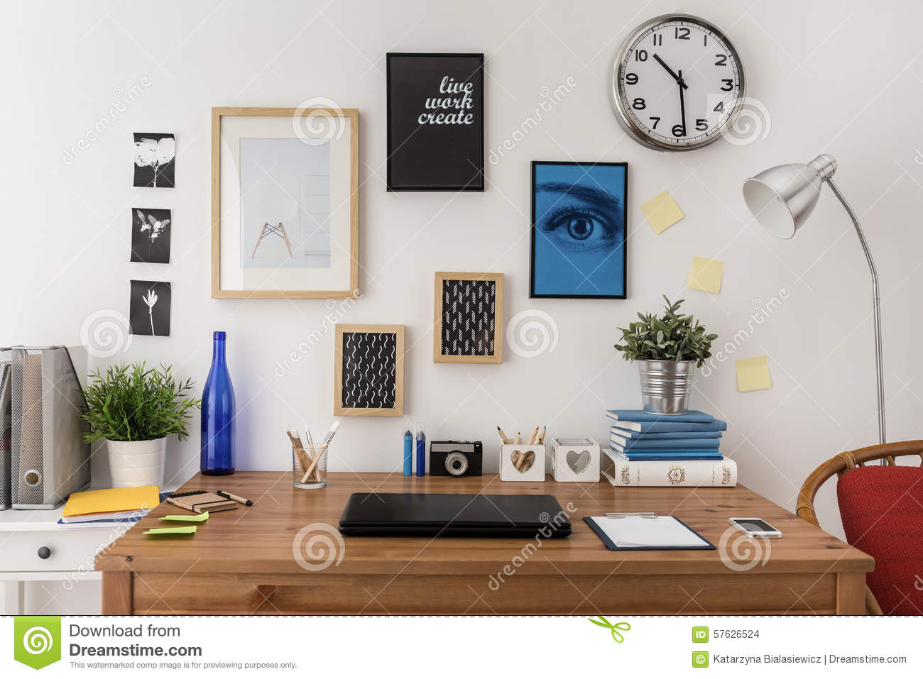 ordinateur portable sur le bureau photo stock image 57626524. Black Bedroom Furniture Sets. Home Design Ideas