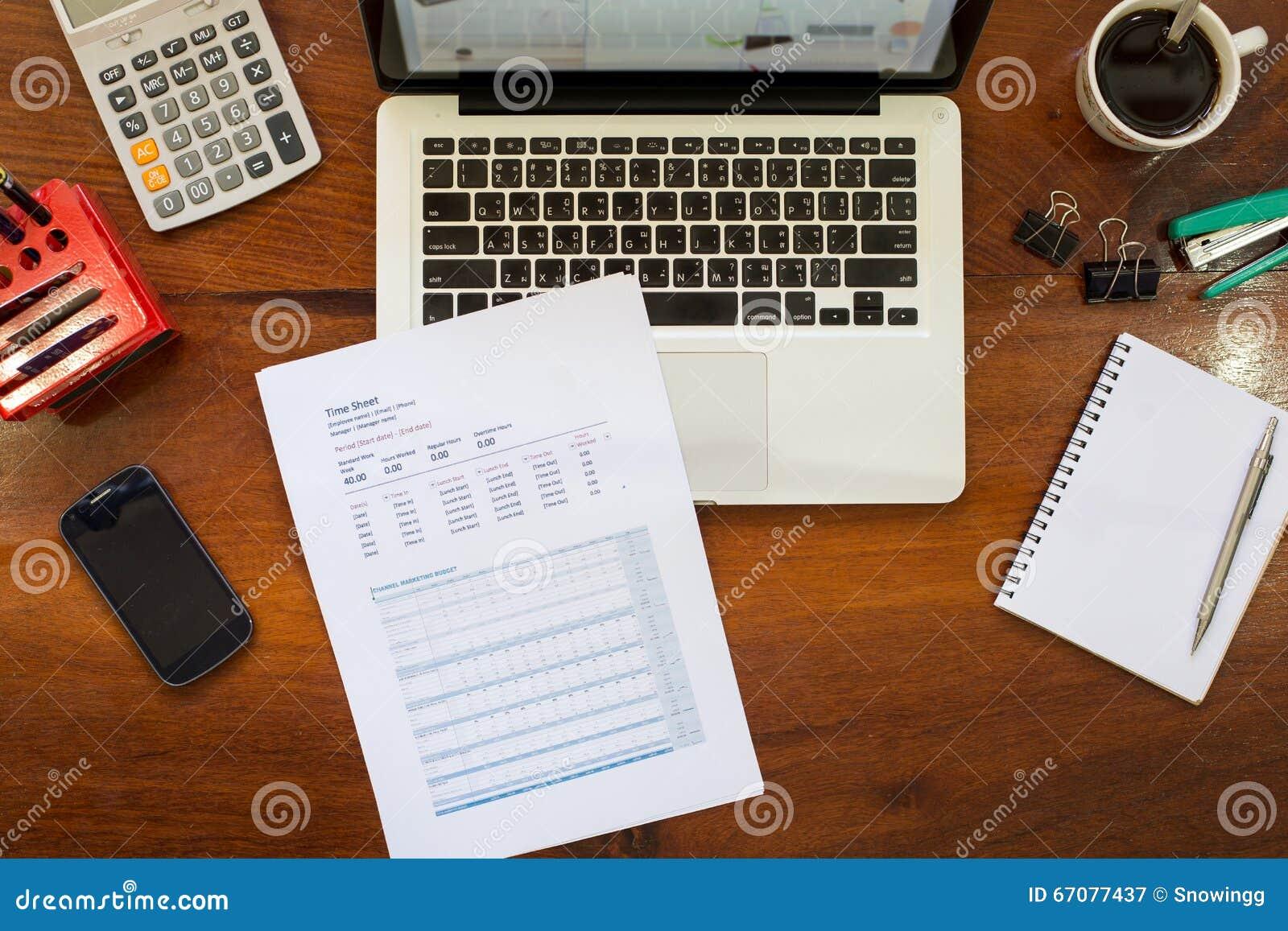 Ordinateur portable sur le bureau en bois de vintage dans le bureau