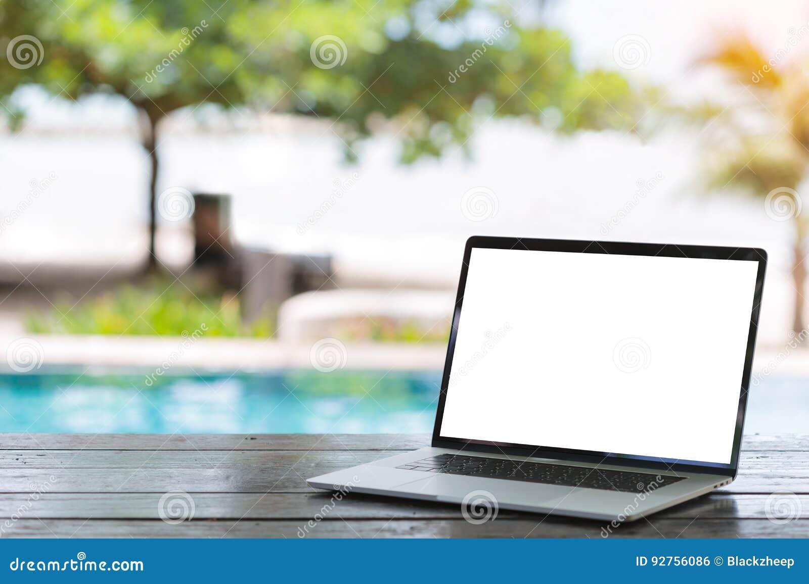 Ordinateur portable sur le fond blanc de bach d écran de table
