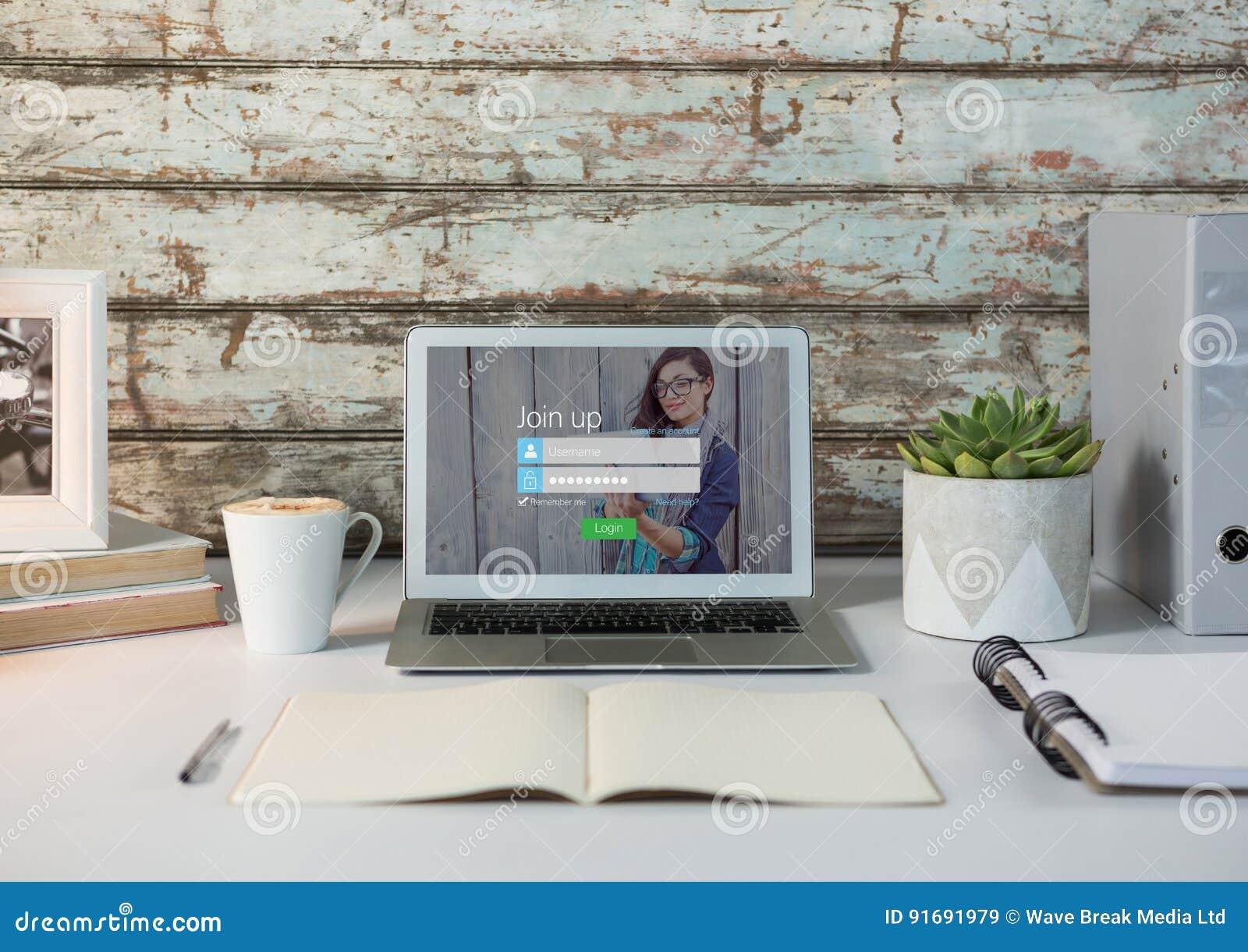 Ordinateur portable sur un bureau blanc avec le mur en bois Écran