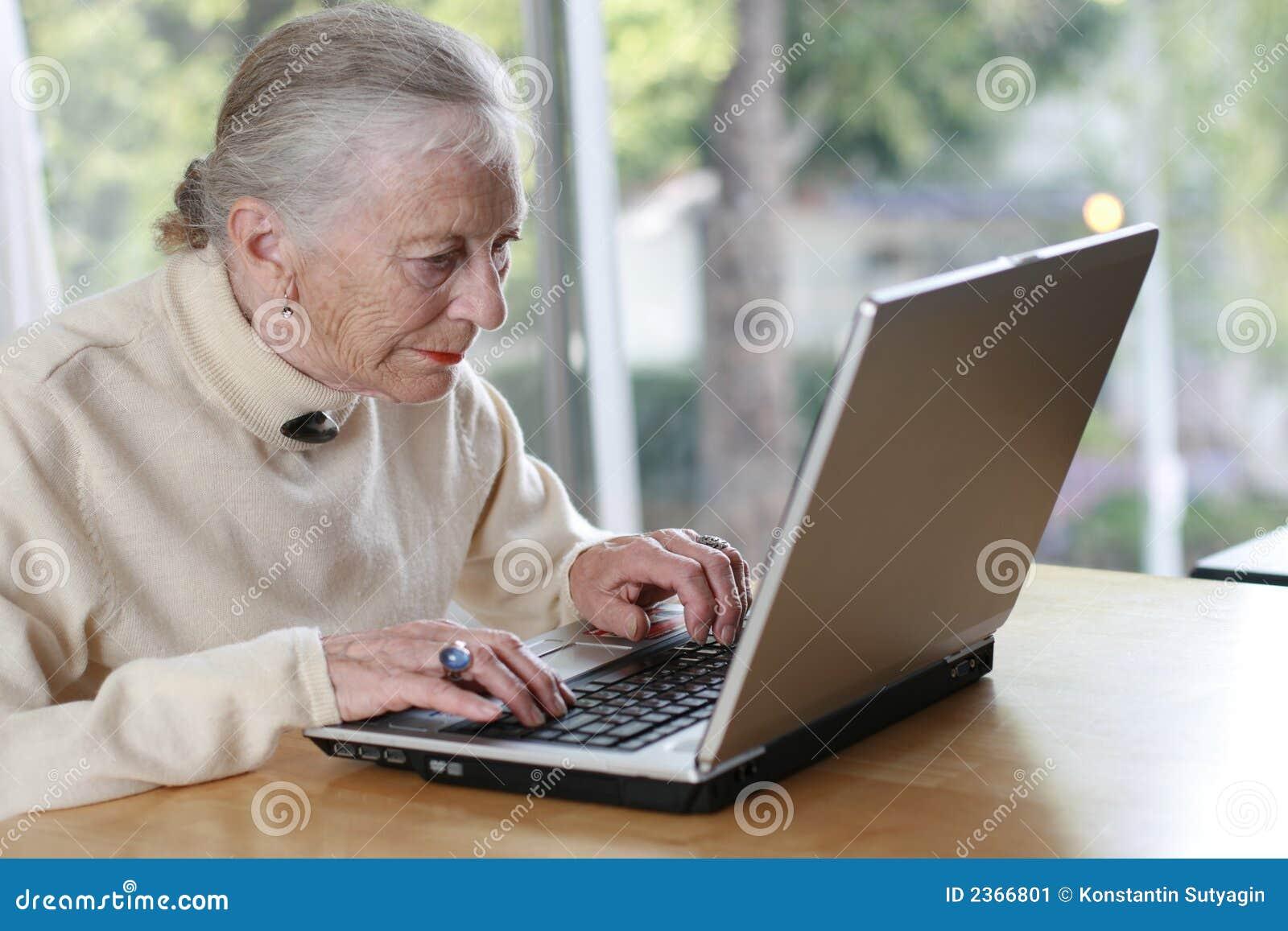 Ordinateur portatif aîné de femme