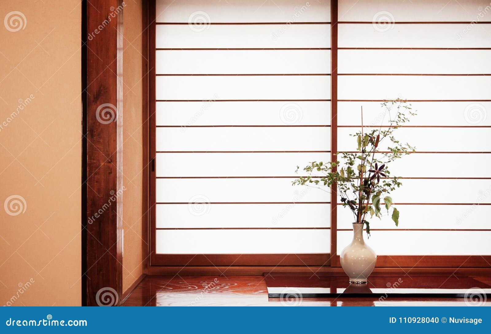 Ordning för blomma för Zenstil som japansk är bekant som ikebana i vit