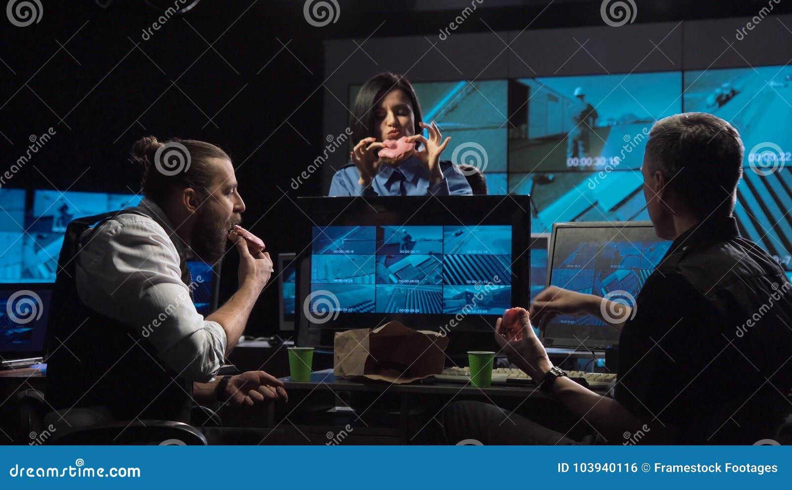 Ordningsvakter som håller ögonen på bevakningkamerorna