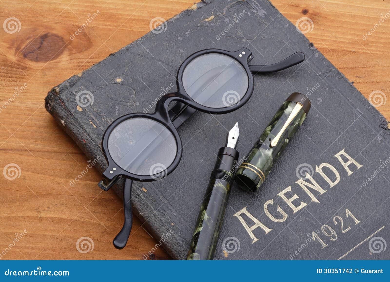 Ordre du jour, stylo-plume et lunettes de vintage