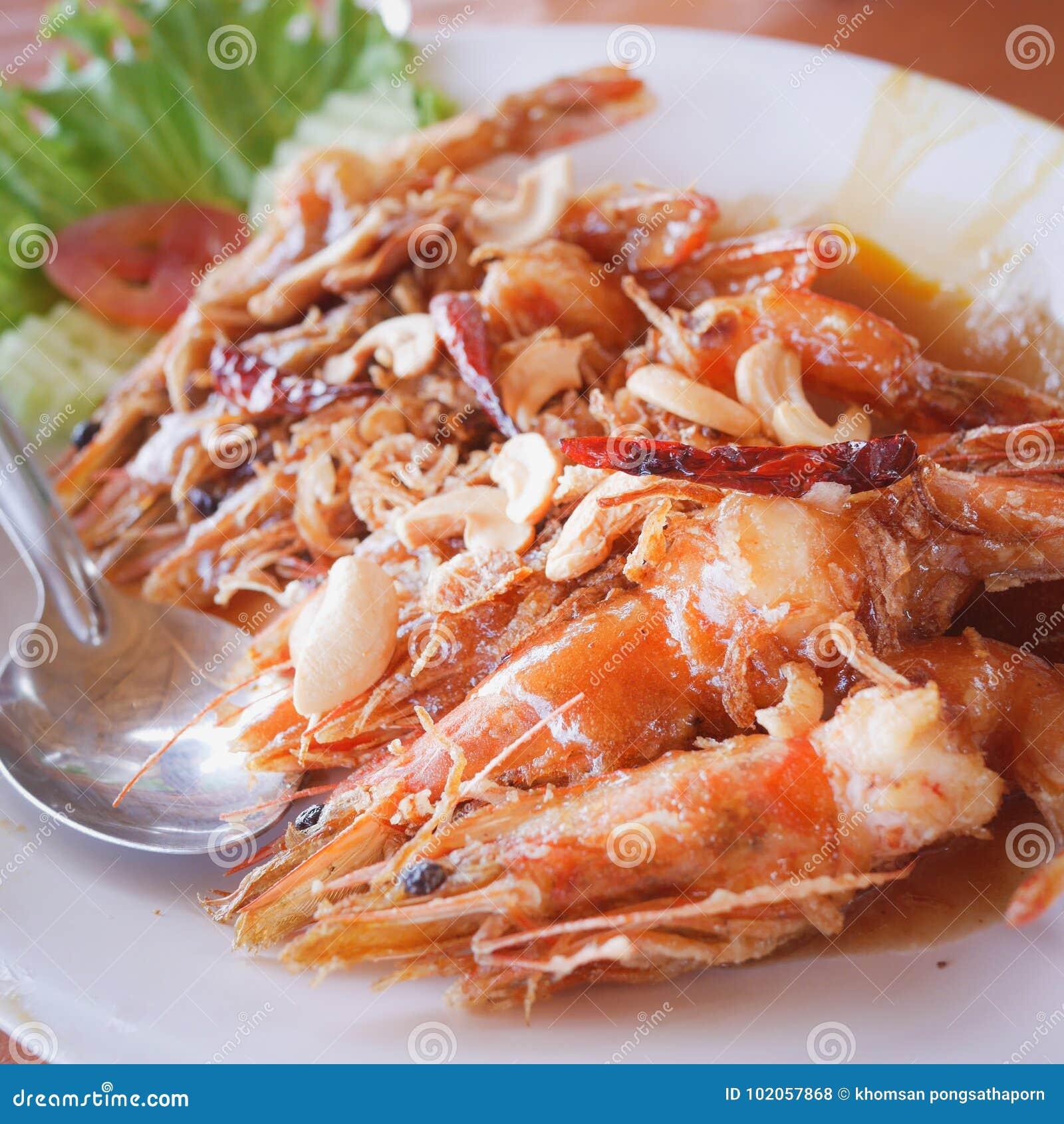 Ordre Fried Shrimp de clients avec de la sauce à tamarinier Pendant le voyage à la plage dans le restaurant célèbre