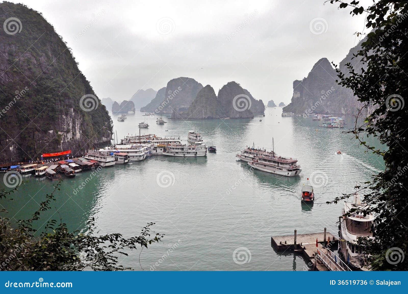 Ordures de touristes dans la baie de Halong, Vietnam