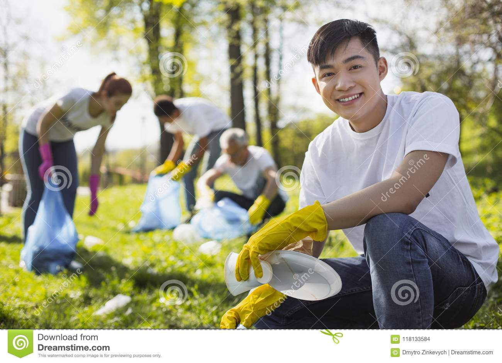 Ordures volontaires de rassemblement de mâle optimiste